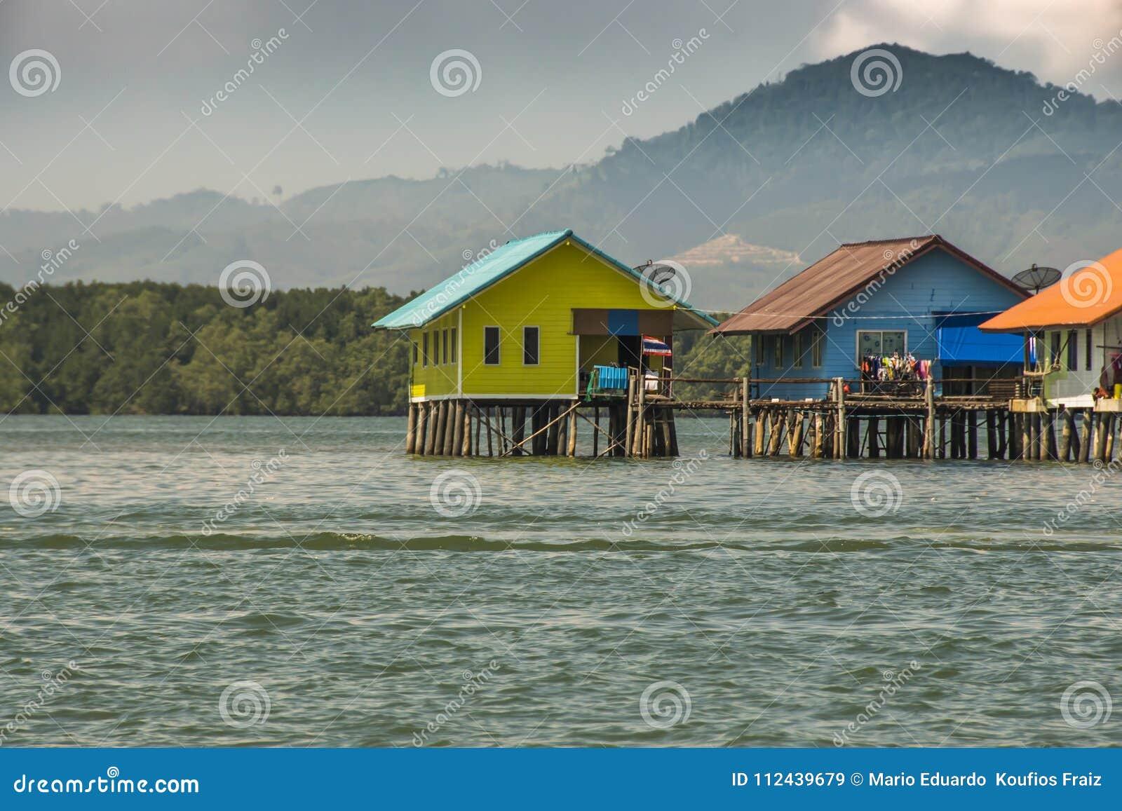 Σπίτια που στηρίζονται στον κόλπο palafitos του nga Ταϊλάνδη phang