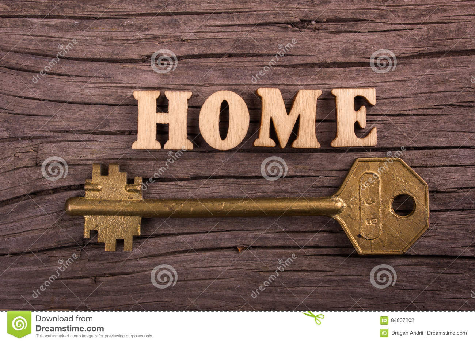 Σπίτι λέξης φιαγμένο από ξύλινες επιστολές με ένα κλειδί