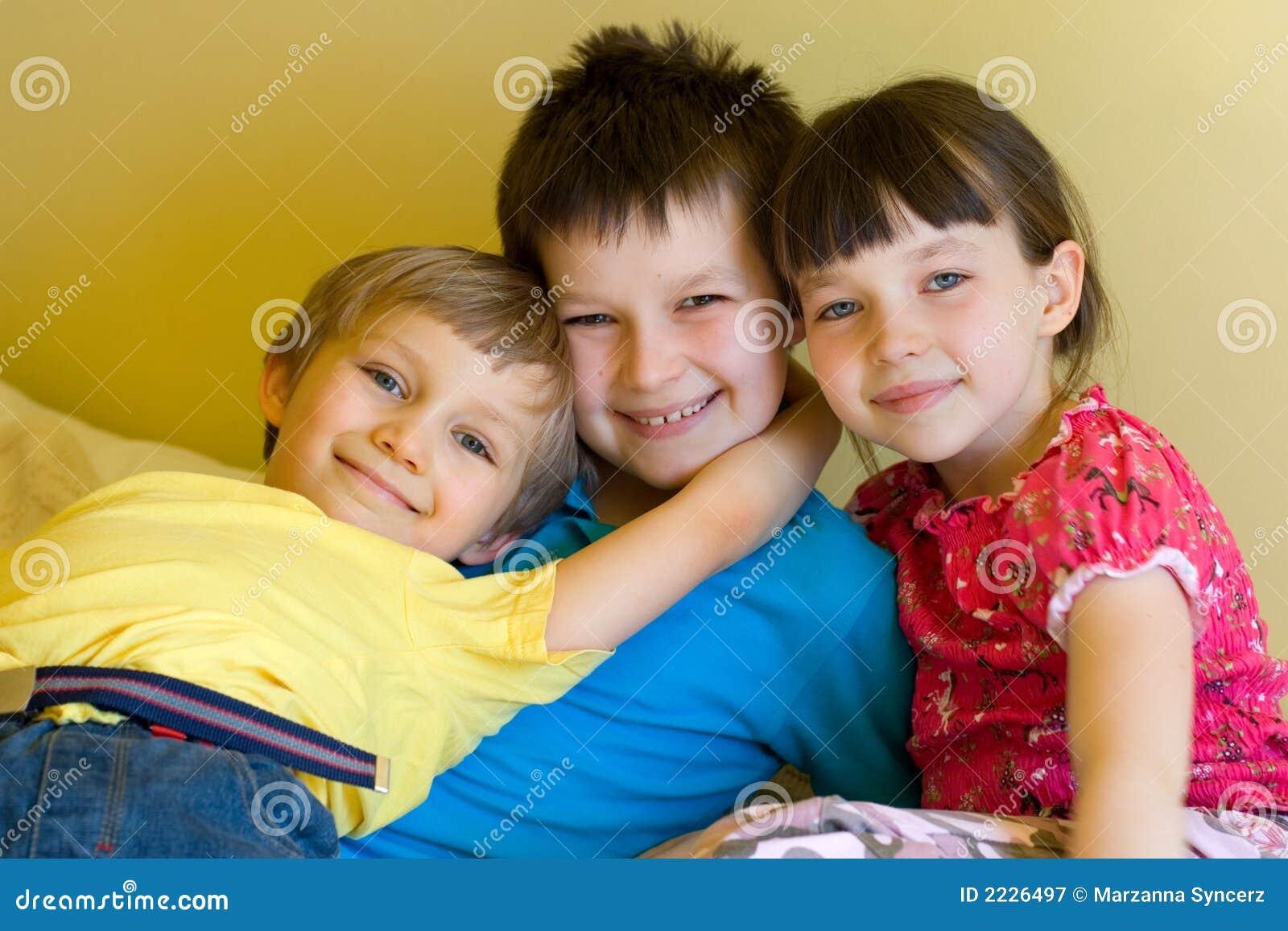 σπίτι αγοριών που αγκαλιάζει τους αμφιθαλείς