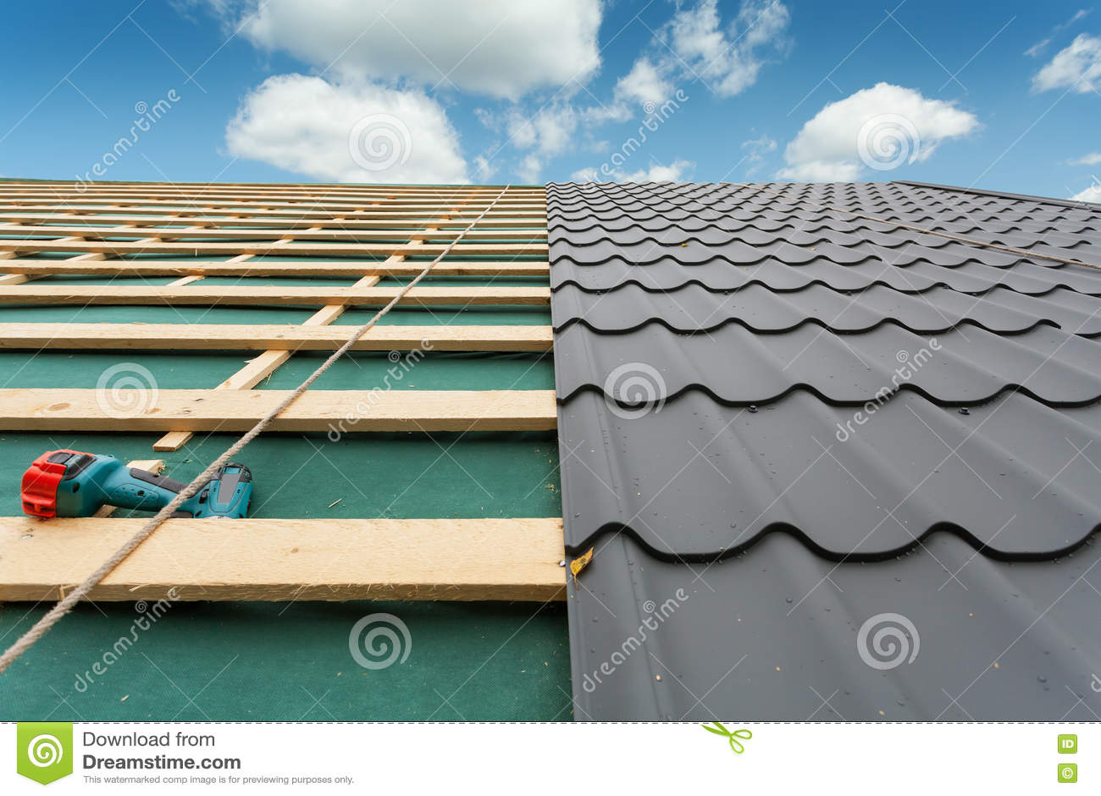 σπίτι κατασκευής κάτω Στέγη με το κεραμίδι μετάλλων, το κατσαβίδι και το σίδηρο υλικού κατασκευής σκεπής