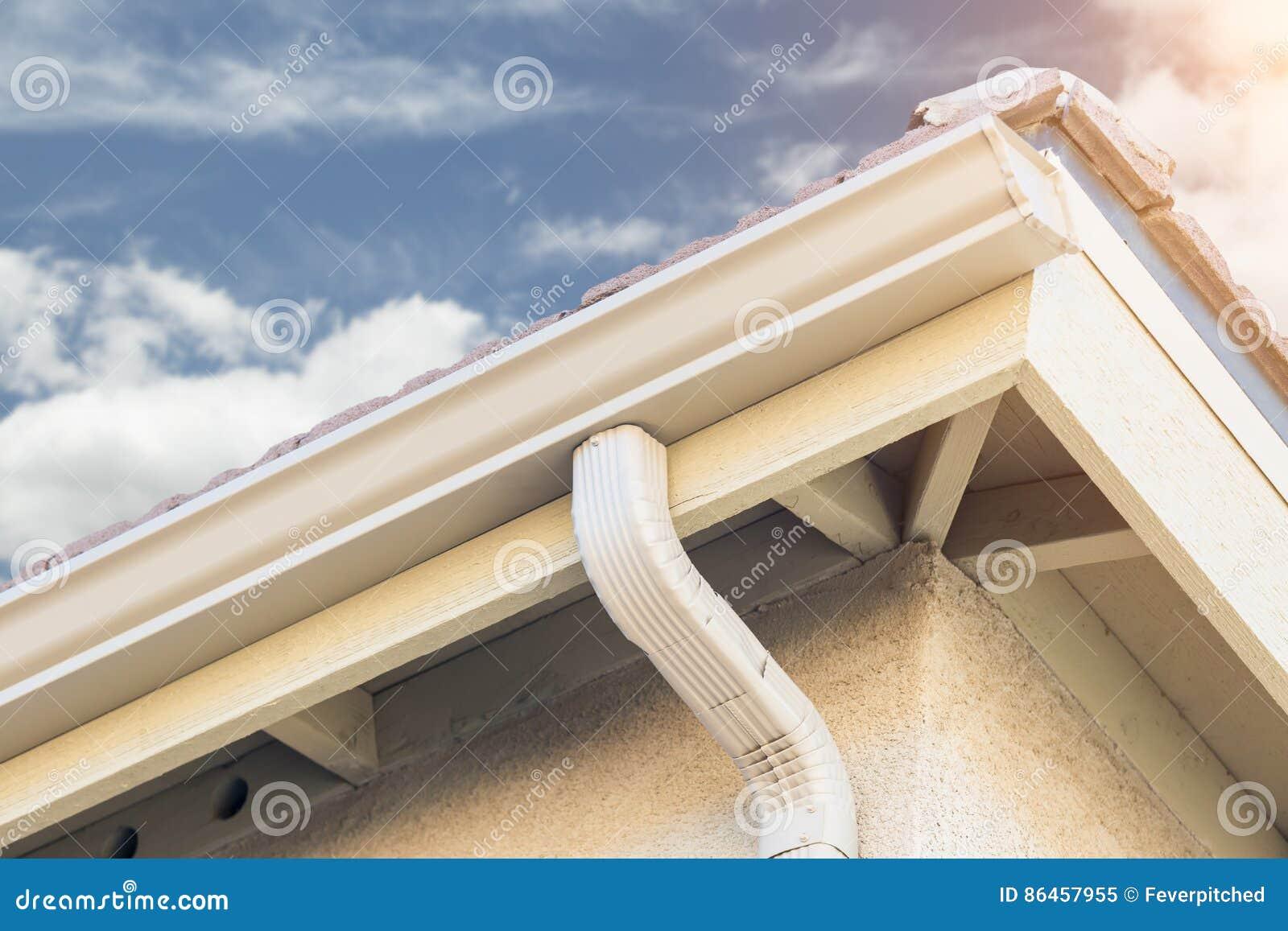 Σπίτι με τις νέες άνευ ραφής υδρορροές βροχής αργιλίου