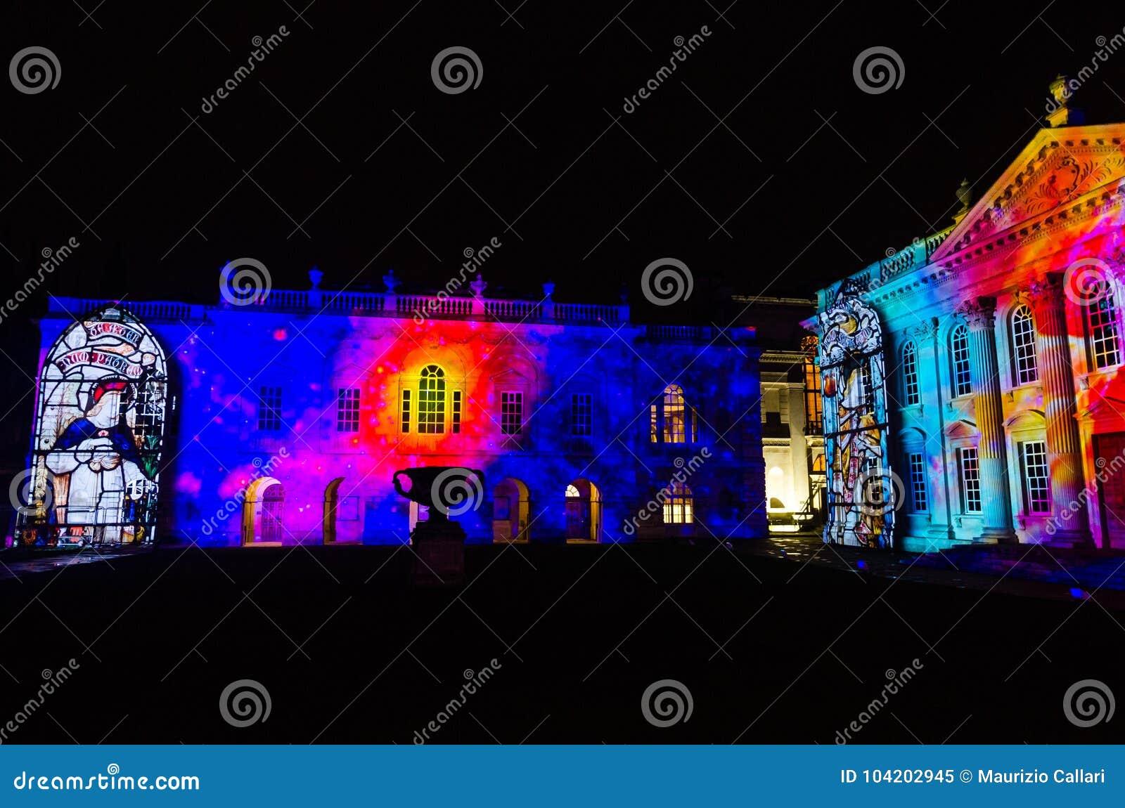 Σπίτι Συγκλήτου του Καίμπριτζ που φωτίζεται κατά τη διάρκεια του ελαφριού φεστιβάλ eLuminate