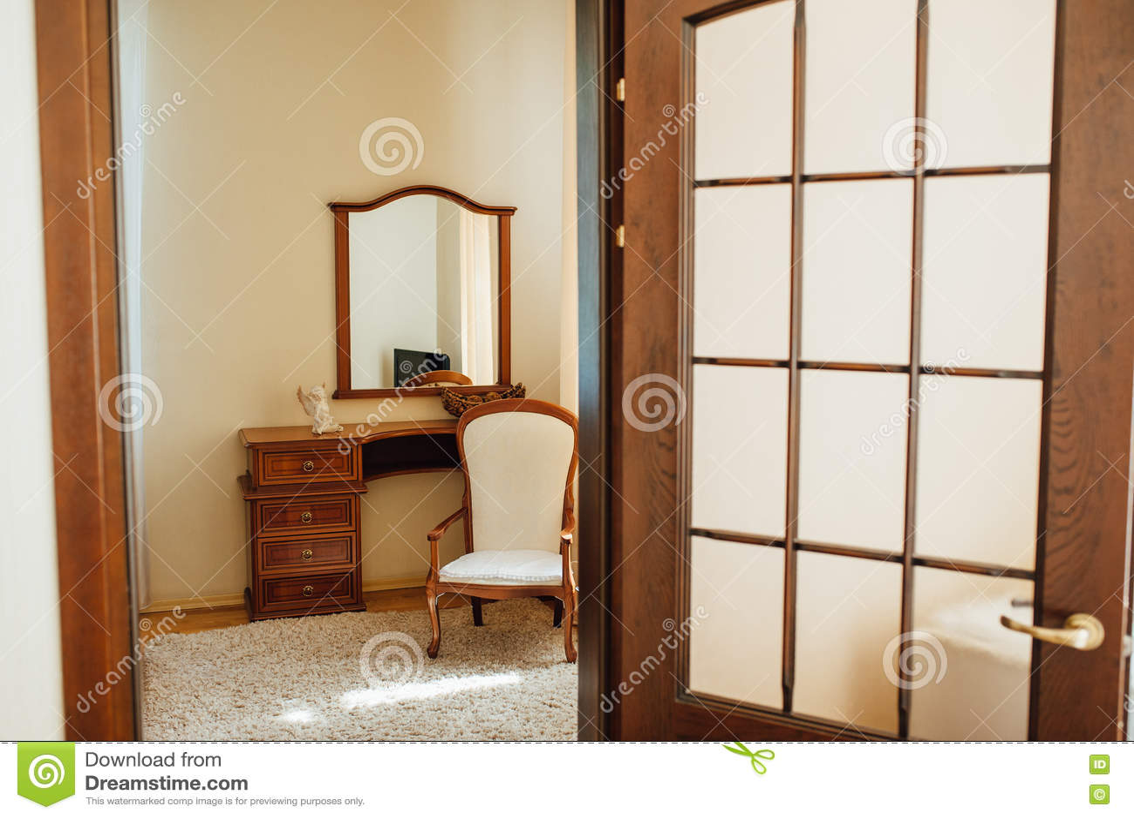Σπίτι τραβερτινών: εσωτερικό του μπεζ καθιστικού