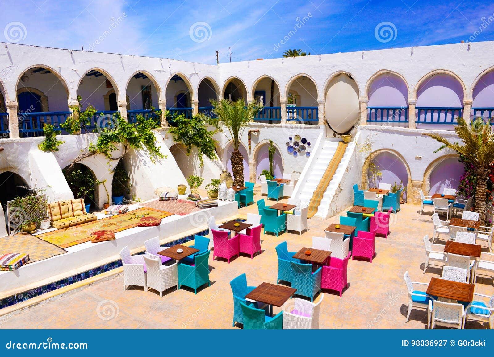 Σπίτι τσαγιού και υπαίθριο πεζούλι εστιατορίων, αγορά Djerba, Τυνησία
