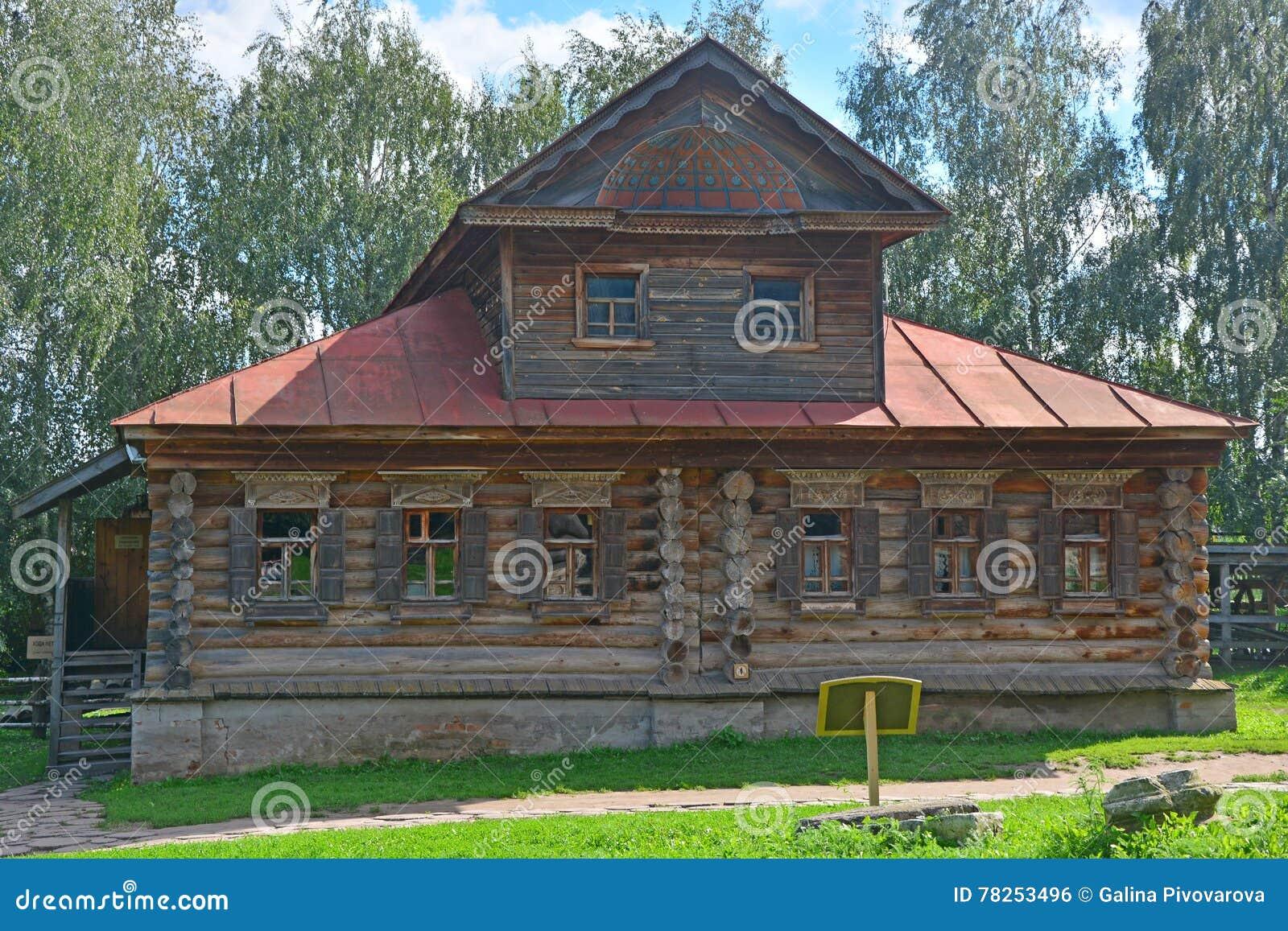 σπίτι των εμπόρων Agapov του 19ου αιώνα με χαρασμένος platbands στο μουσείο της ξύλινης αρχιτεκτονικής στο Σούζνταλ, Ρωσία