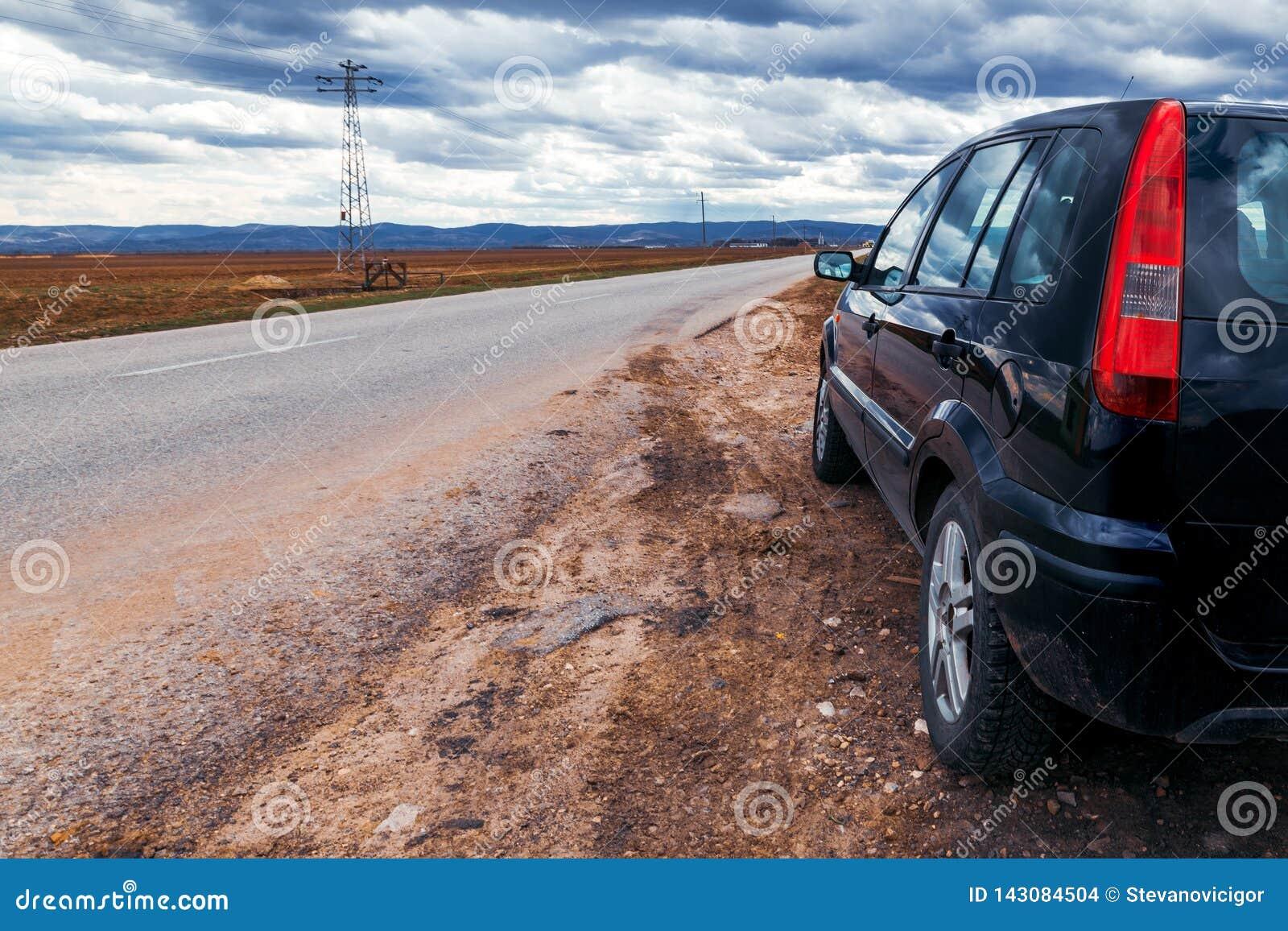 Σπασμένο αυτοκίνητο από ο δρόμος που σταματά τη θυελλώδη ημέρα