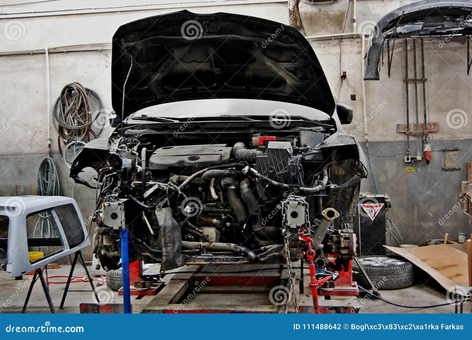 Σπασμένο, ραγισμένο αυτοκίνητο στην υπηρεσία