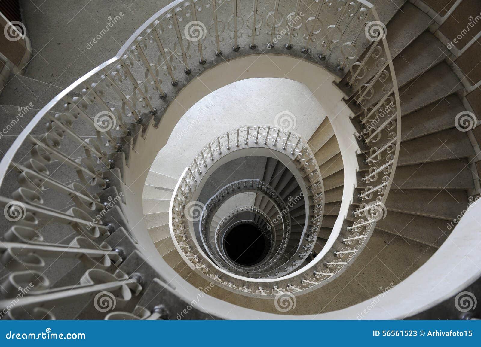 Download σπειροειδής σκάλα στοκ εικόνα. εικόνα από σπίτι, λεκάνη - 56561523