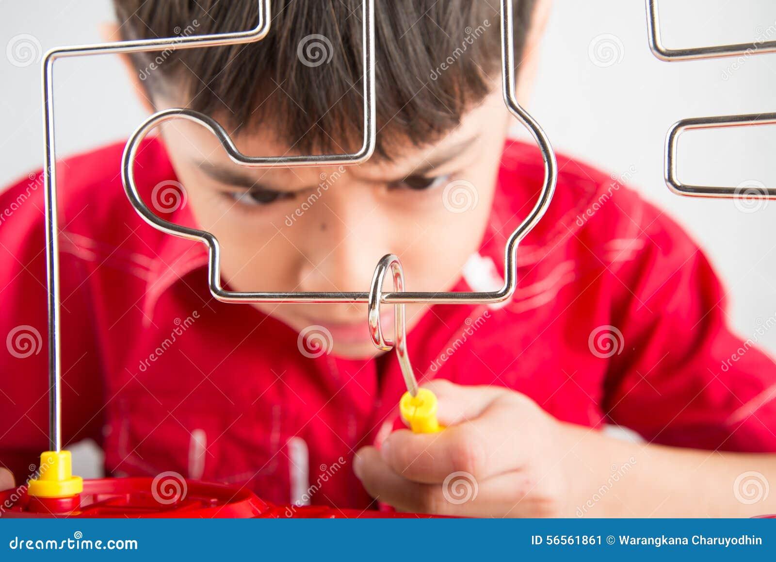 Download Σπινθήρας σπειρών παιχνιδιού μικρών παιδιών με τη συμπύκνωση Στοκ Εικόνα - εικόνα από λαμπρός, άνοιξη: 56561861