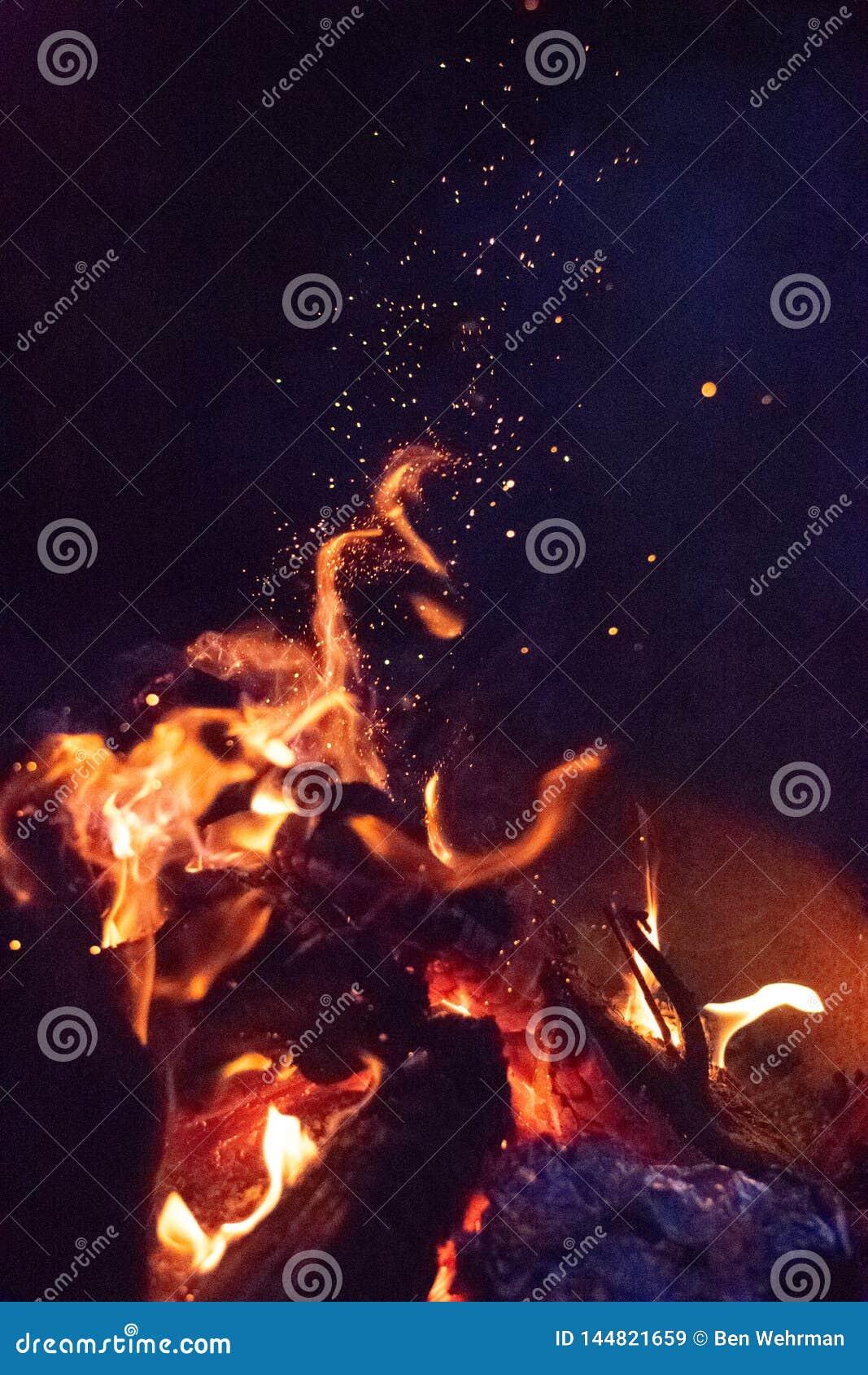 Σπινθήρες στην πυρά προσκόπων τη νύχτα