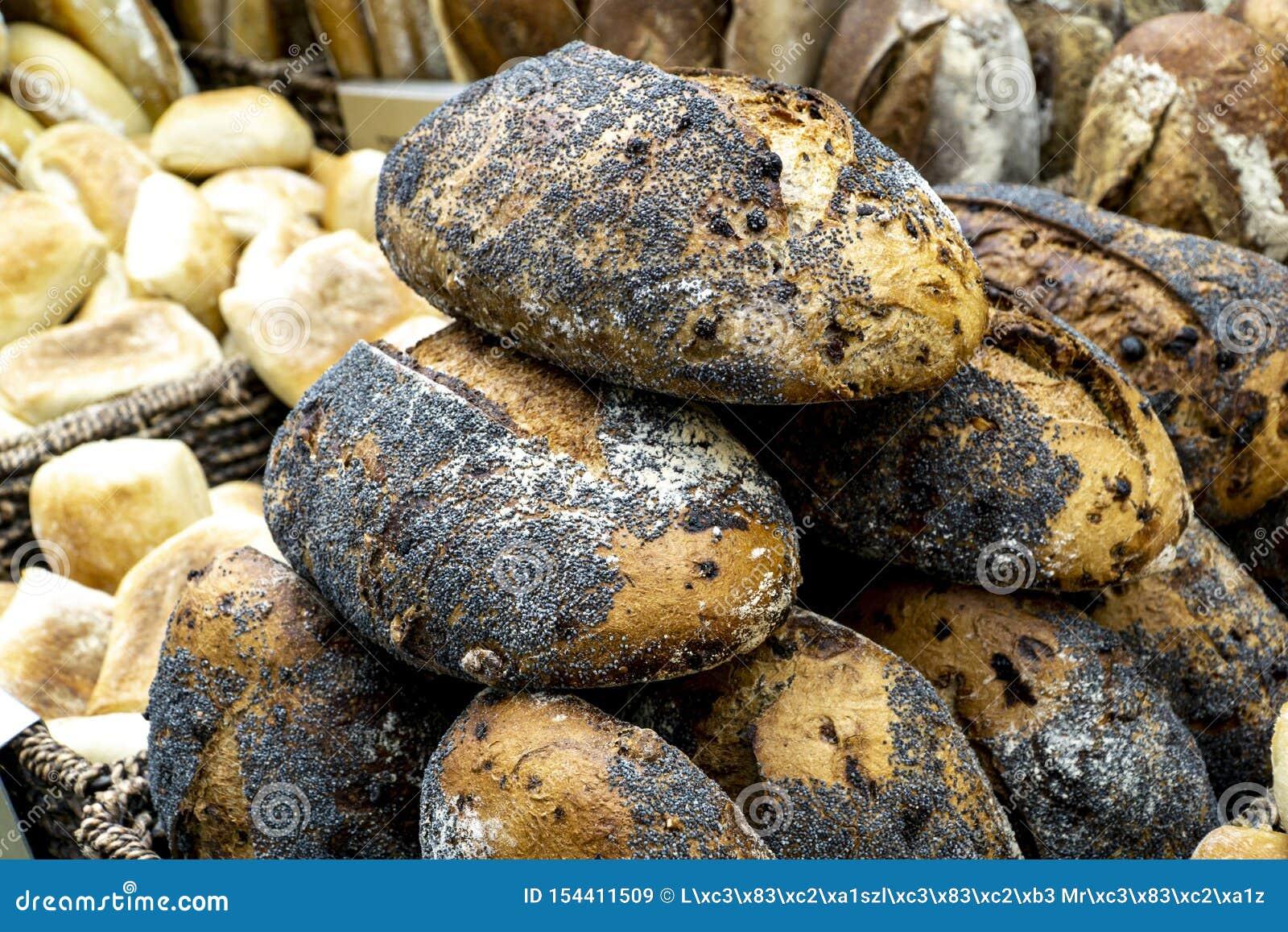 Σπιτικά καλυμμένα σπόρος ψωμιά παπαρουνών στην αγορά