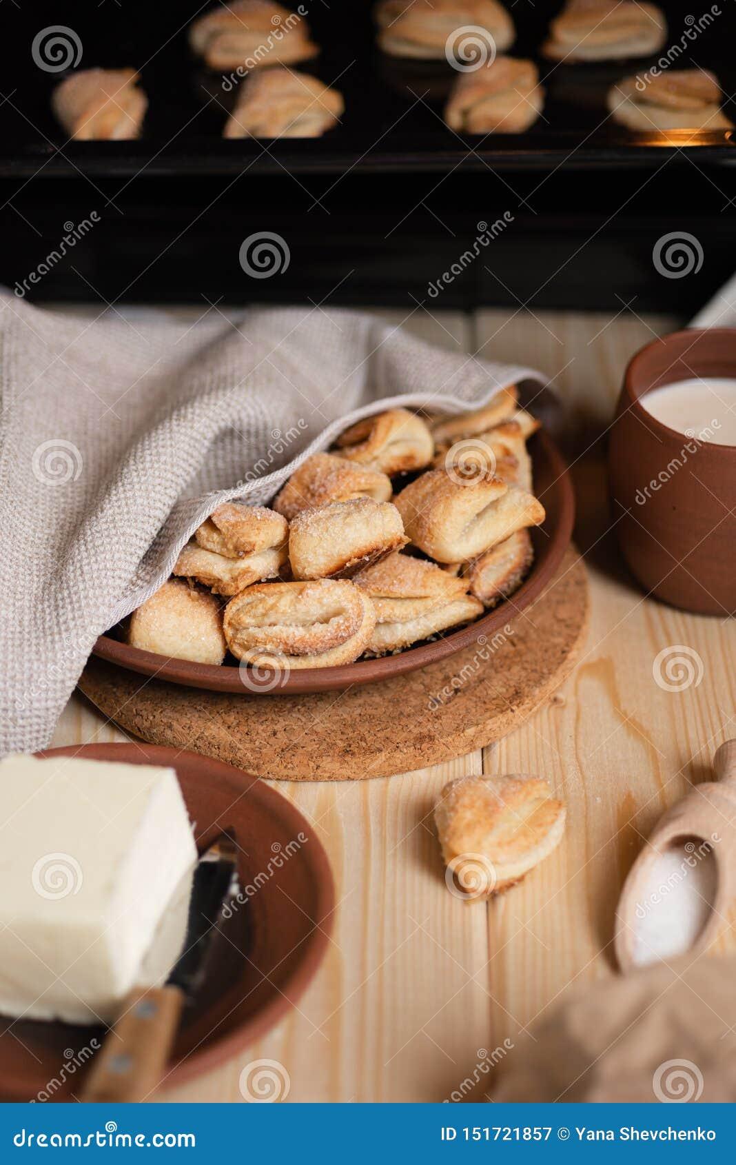 Σπιτικά μπισκότα ζάχαρης Συστατικά για τα μπισκότα - ζάχαρη, βούτυρο