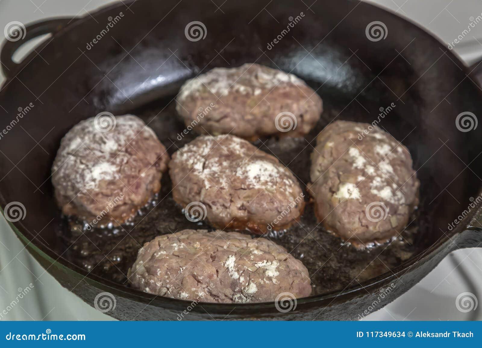 Σπιτικά cutlets του κρέατος κατά τη διάρκεια του μαγειρέματος στο τηγάνι