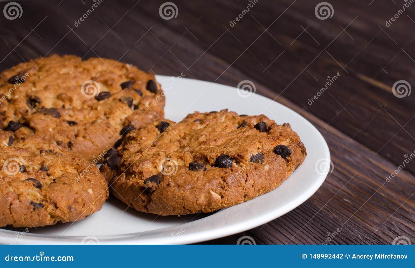 Σπιτικά oatmeal μπισκότα σε ένα άσπρο πιάτο r
