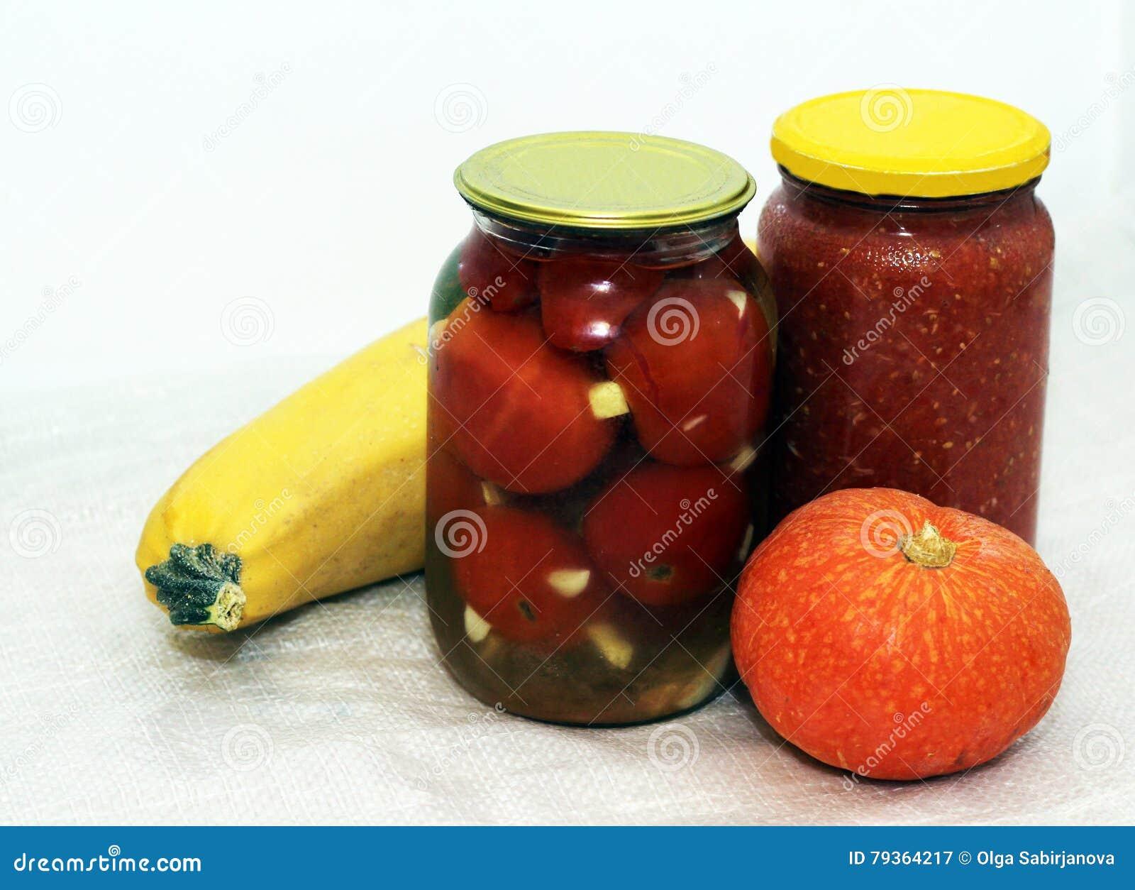 Σπιτικές παστωμένες ντομάτες στο βάζο και την κολοκύθα