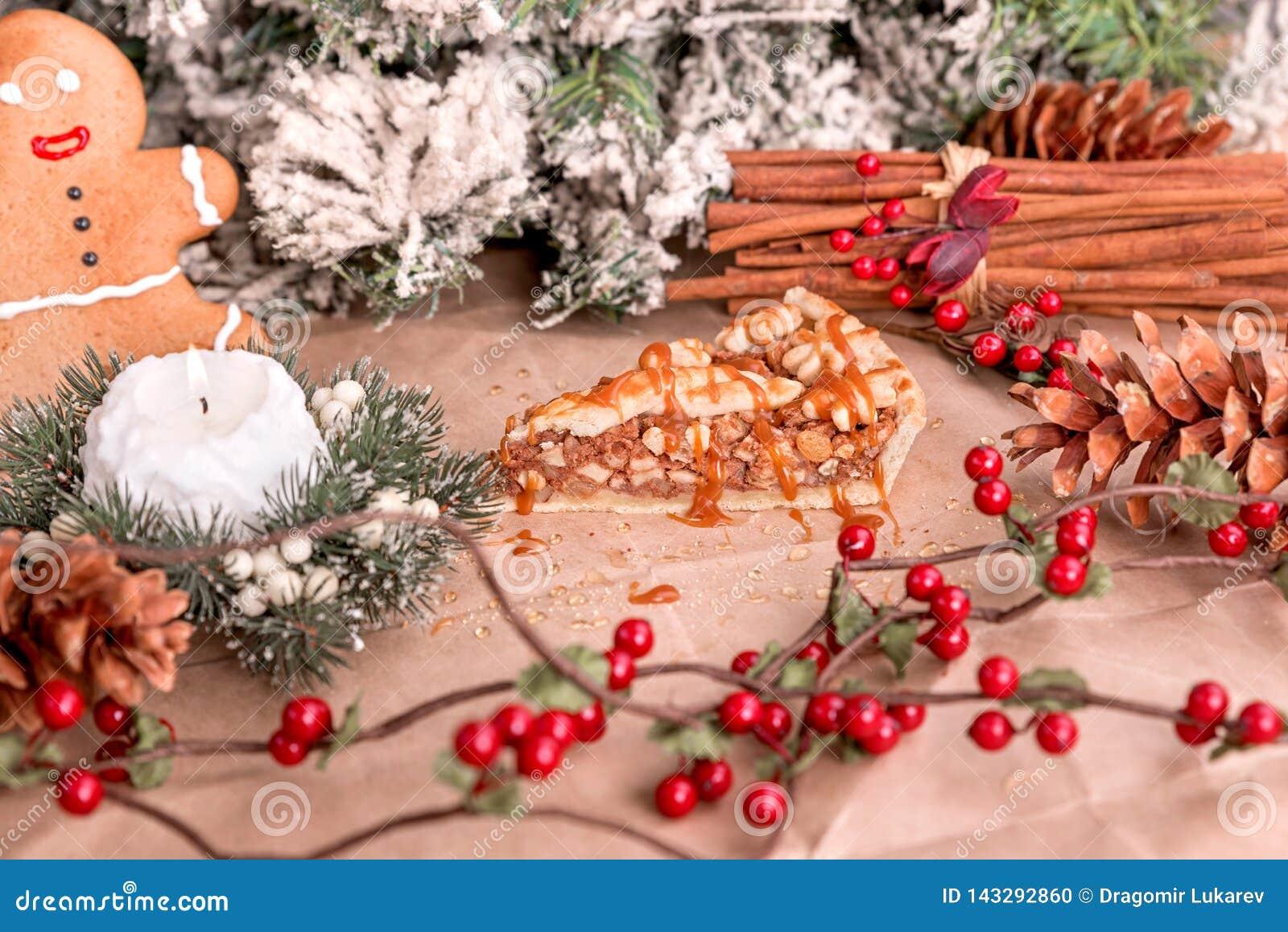 Σπιτική πίτα ξύλων καρυδιάς με την καραμέλα και την κανέλα