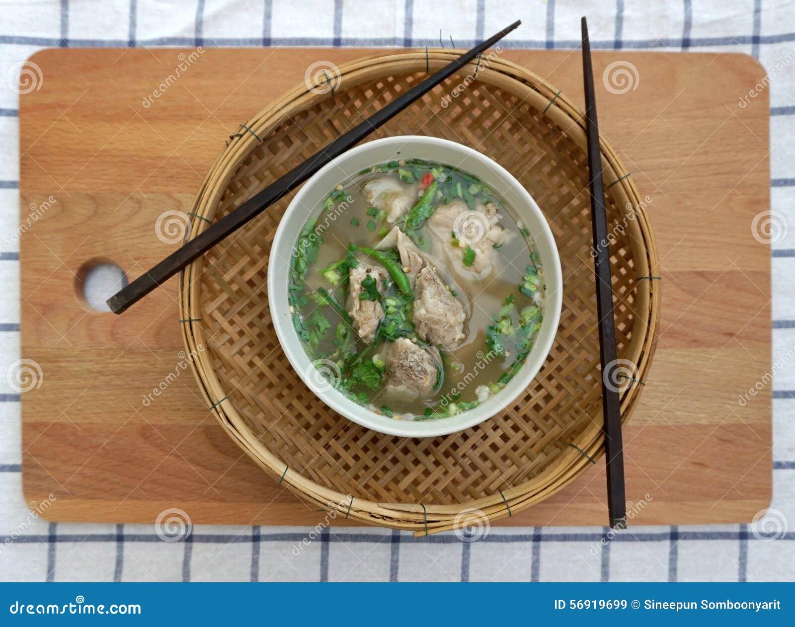 Σπιτική πικάντικη σούπα πλευρών χοιρινού κρέατος