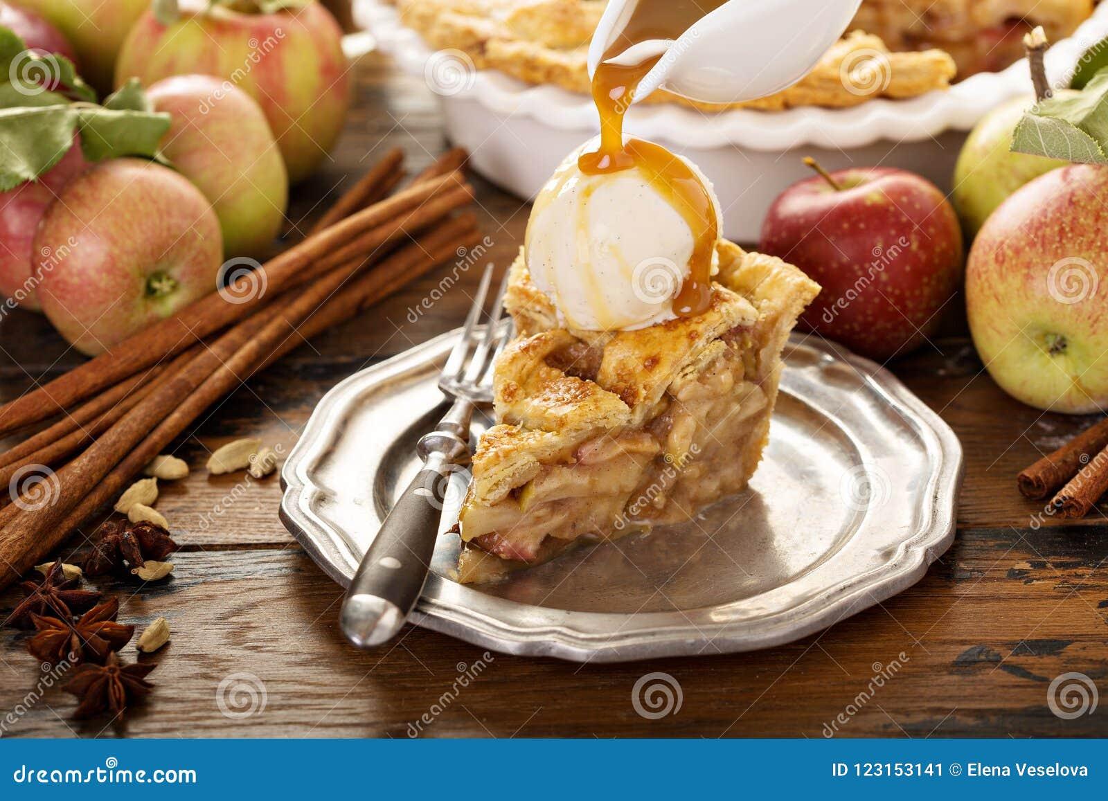 Σπιτική φέτα πιτών μήλων με το παγωτό βανίλιας