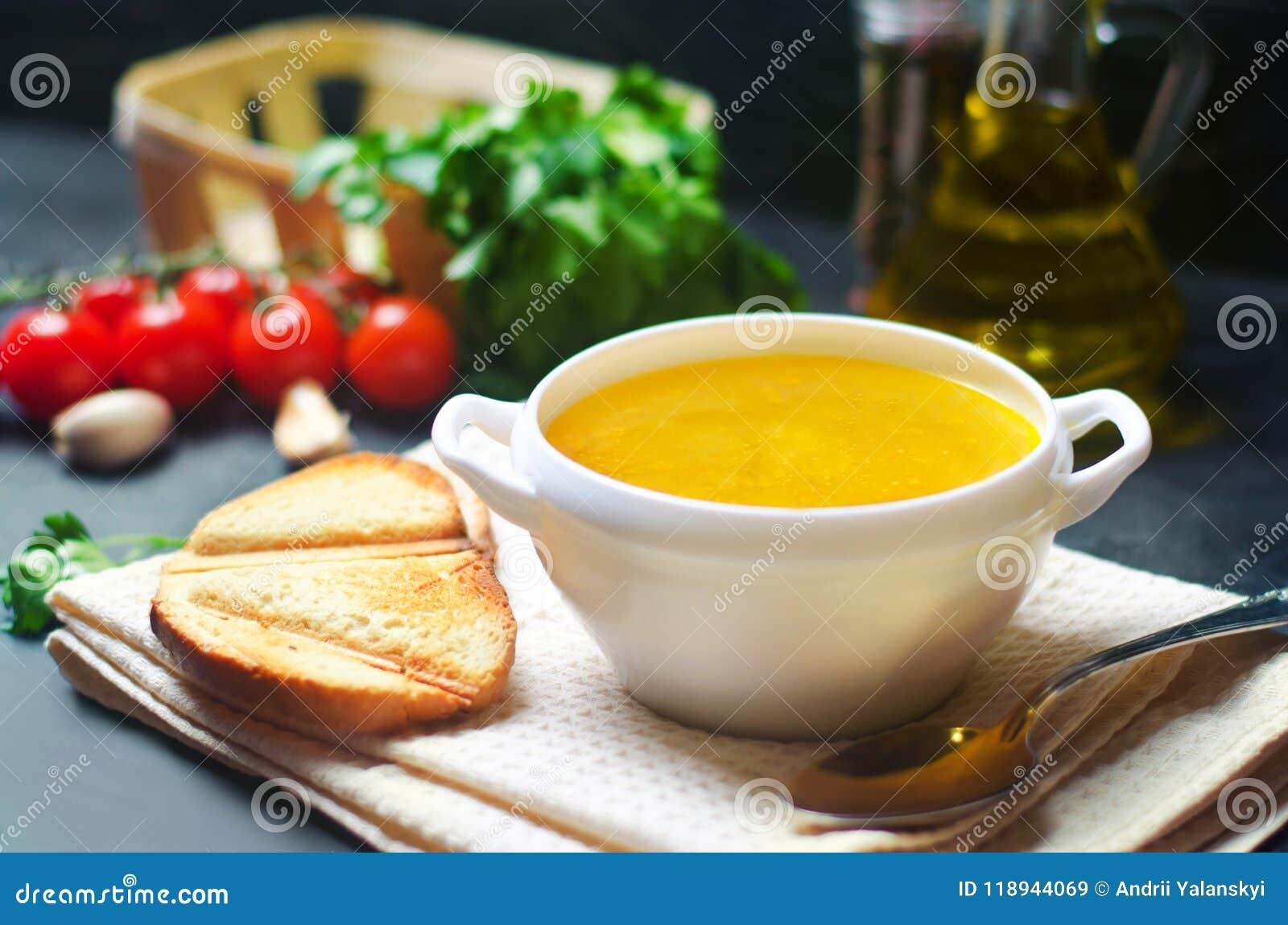 Σπιτικός σούπα ή ζωμός κοτόπουλου υγιές μαύρο συγκεκριμένο υπόβαθρο προγευμάτων Εκλεκτική εστίαση