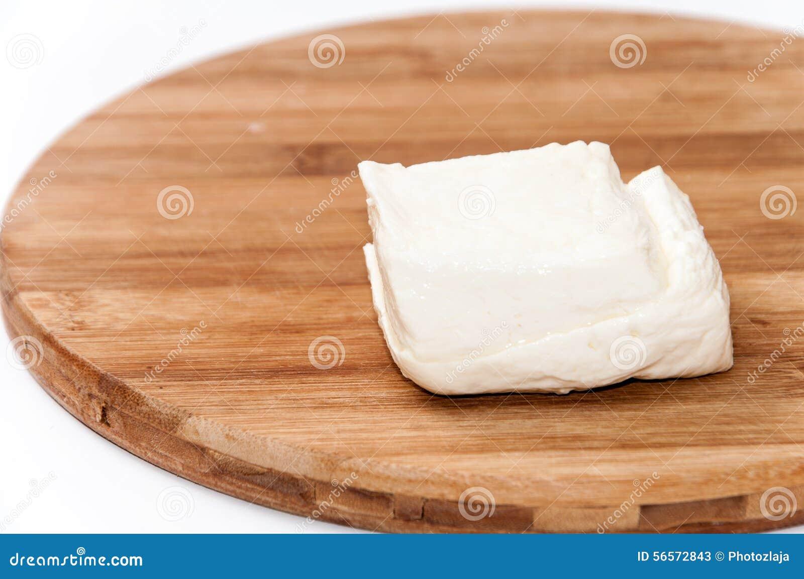 Download Σπιτικό άσπρο τυρί στον ξύλινο πίνακα κουζινών Στοκ Εικόνα - εικόνα από απομονωμένος, dieting: 56572843