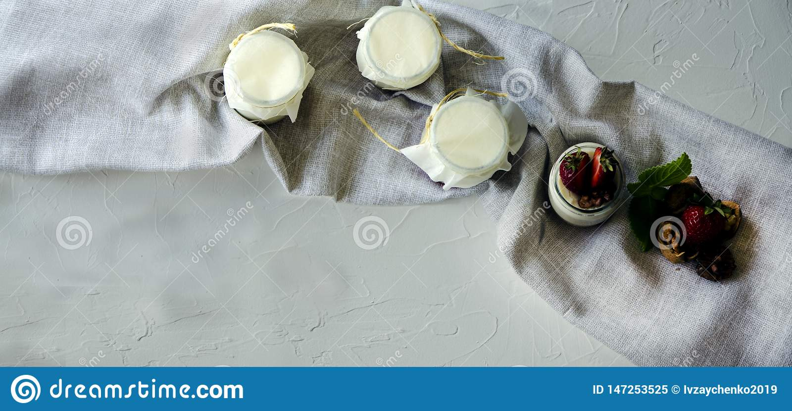 Σπιτικό γιαούρτι με τις φρέσκες φράουλες Τα συστατικά για ένα υγιές πρόγευμα είναι μισά των φραουλών, των ξύλων καρυδιάς και του