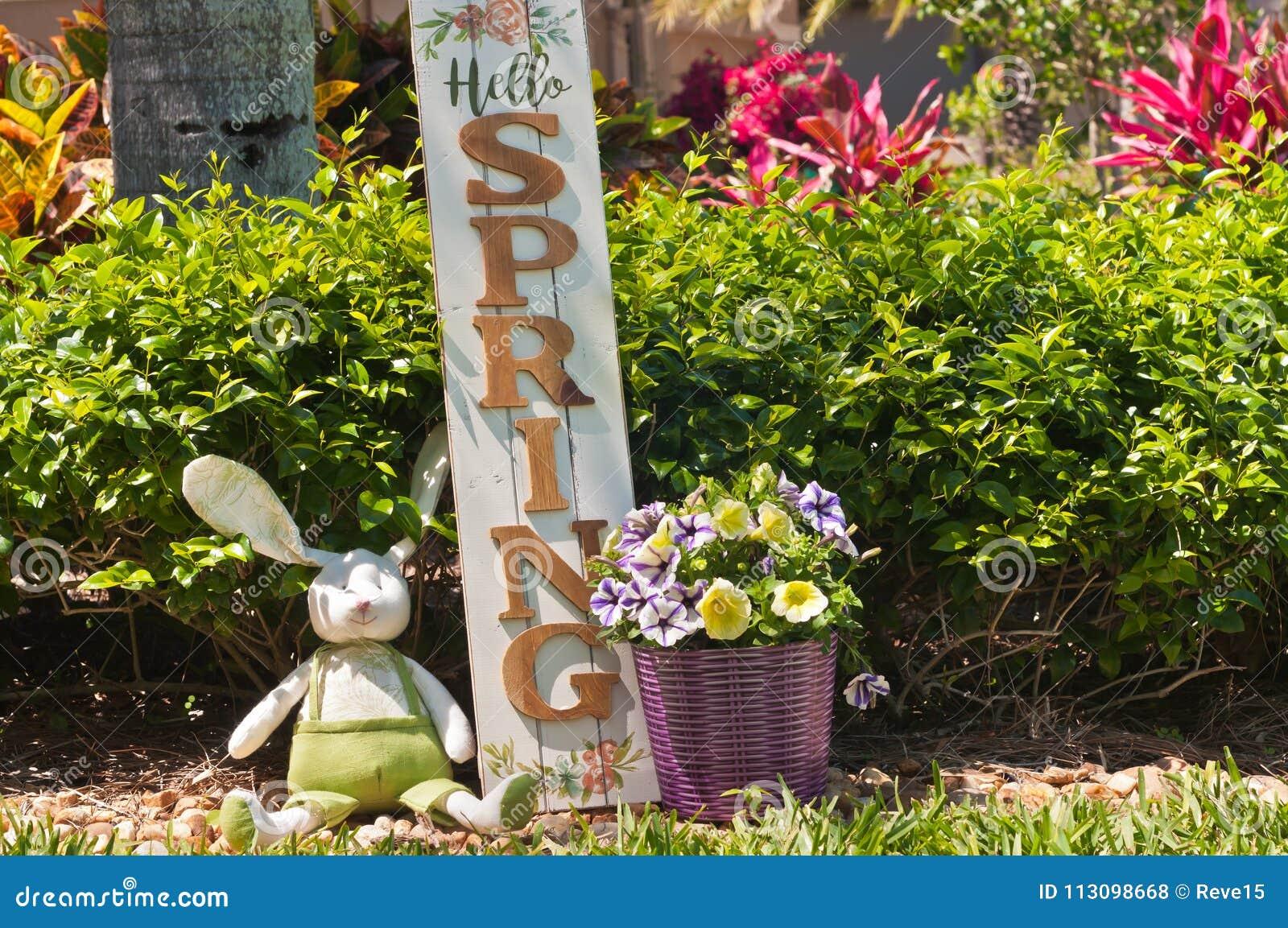 Σπιτικό, λαγουδάκι Πάσχας και ξύλινο ευπρόσδεκτο σημάδι άνοιξη