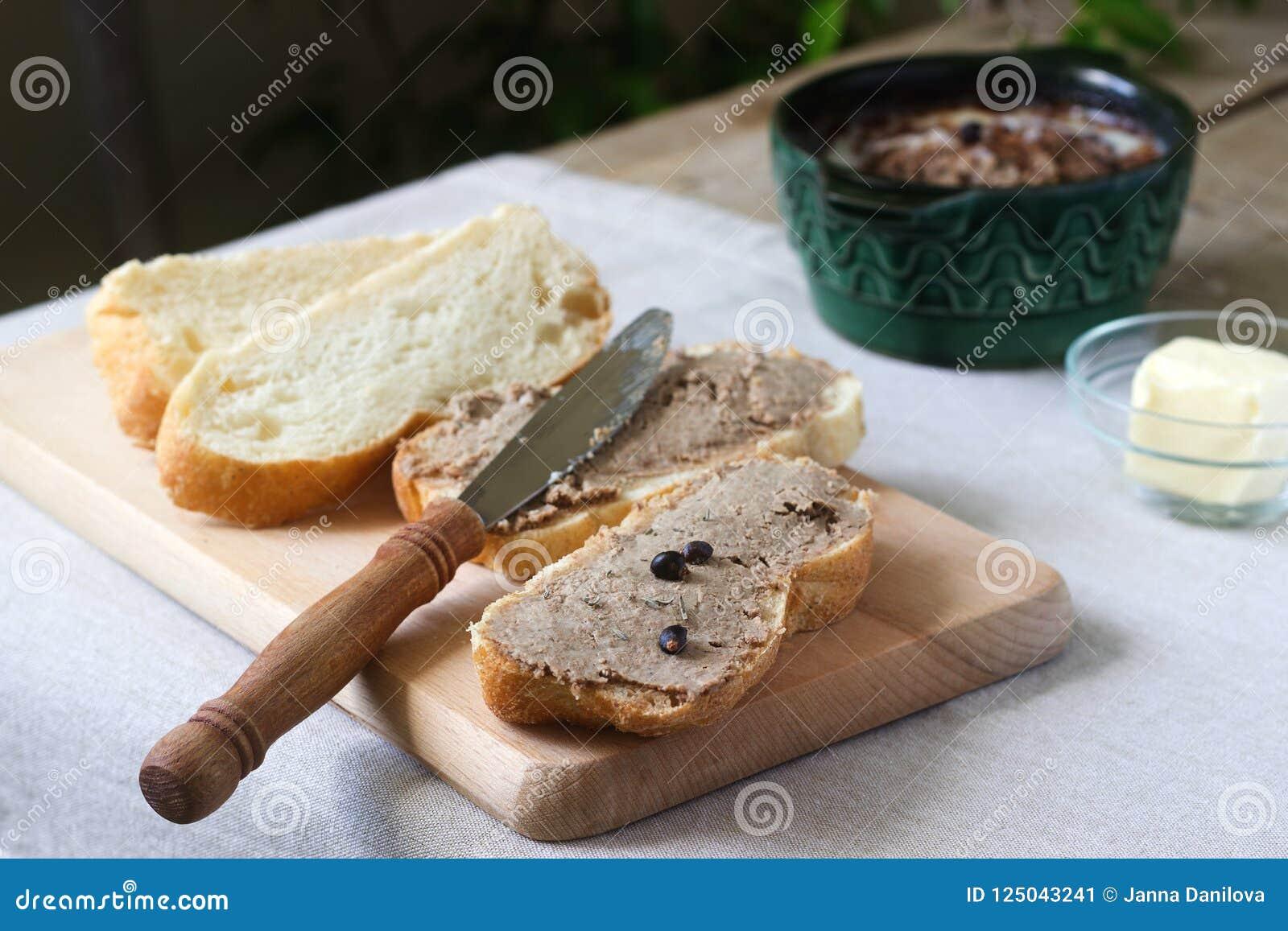 Σπιτικό πατέ συκωτιού με το ψωμί και το βούτυρο Αγροτικό ύφος