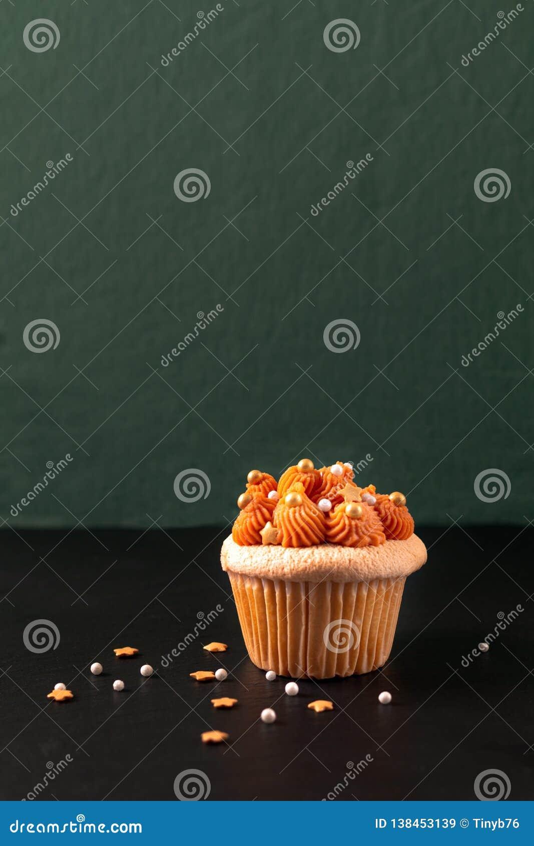 Σπιτικό τσάι πάγου τροφίμων ταϊλανδικό cupcake στο μαύρο πίνακα πλακών και το πράσινο υπόβαθρο με το διάστημα αντιγράφων