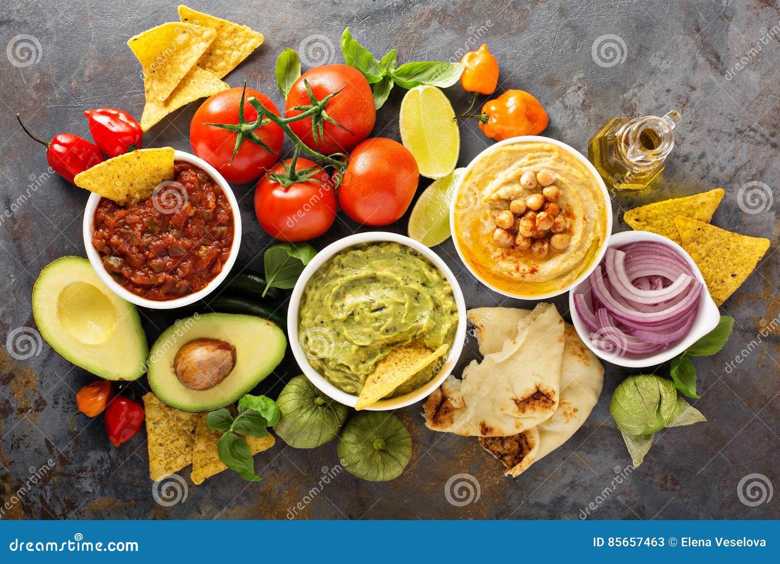 Σπιτικό hummus, salsa και guacamole με τα τσιπ καλαμποκιού