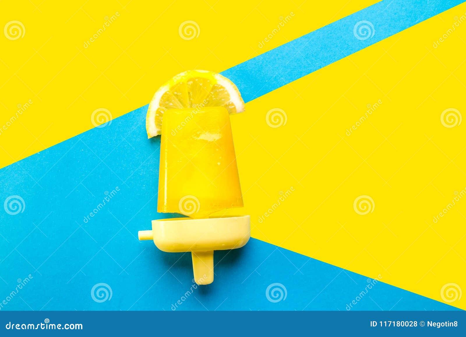 Σπιτικό Popsicles που απομονώνεται μπλε σε κίτρινο