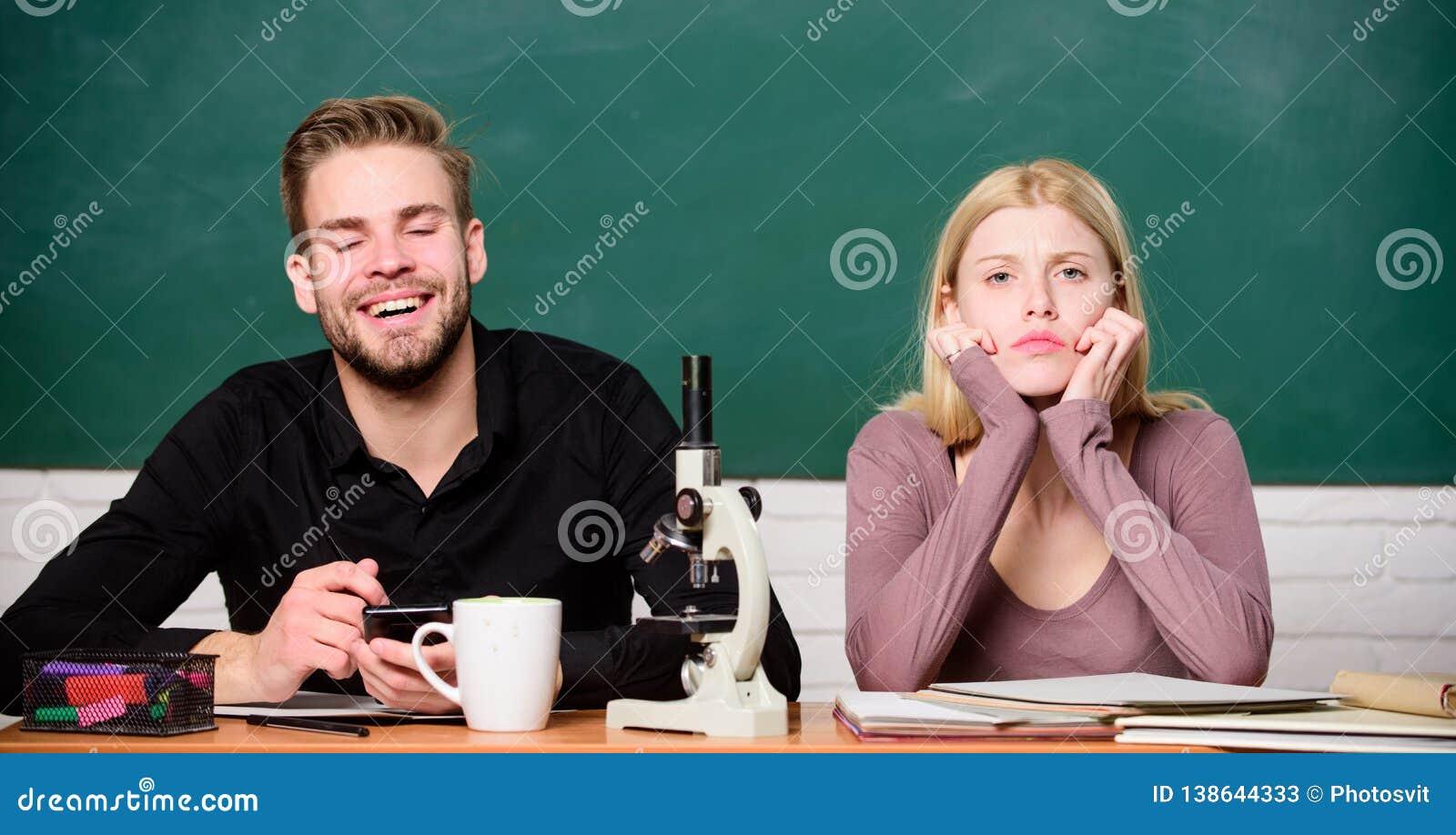 Σπουδαστές που μελετούν το πανεπιστήμιο Γενετική και εφαρμοσμένη μηχανική Δύσκολο πανεπιστημιακό θέμα πείραμα επιστημονικό Τύπος