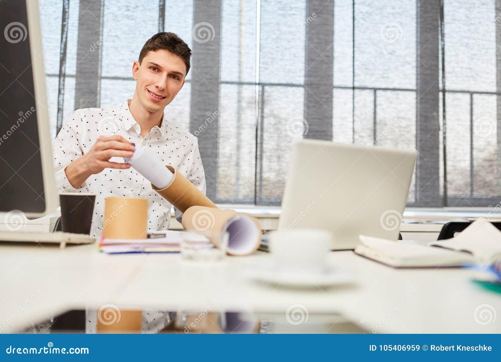 Σπουδαστής με το achitectural σχέδιο αντί της εργασίας