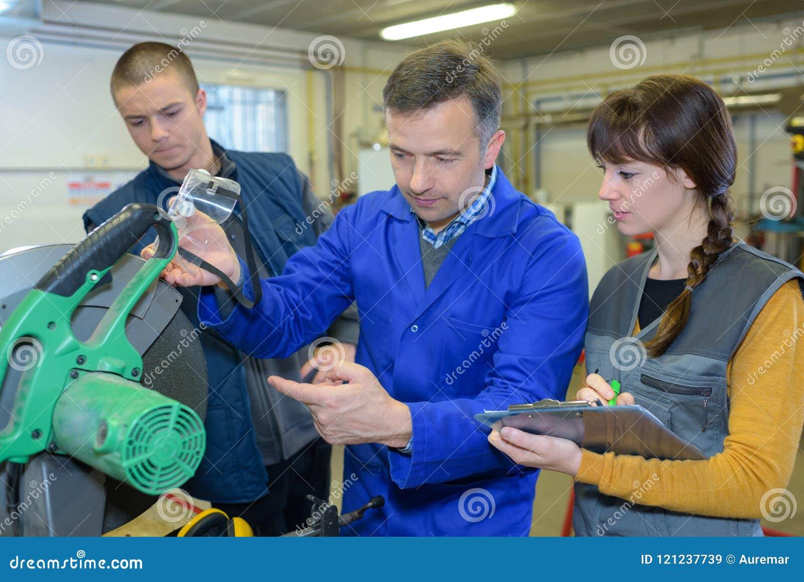 Σπουδαστής στην κατηγορία σιδηρουργείων που χρησιμοποιεί το κυκλικό πριόνι