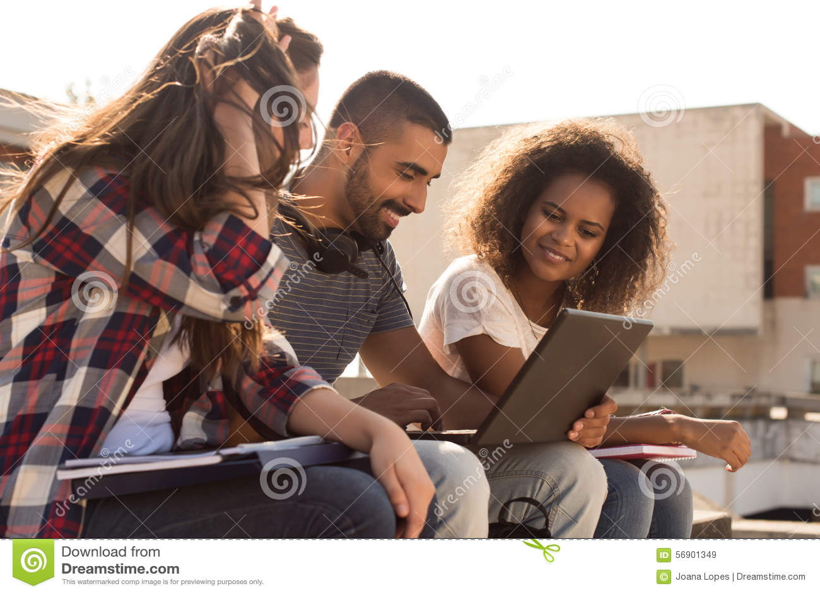 Σπουδαστές με το lap-top στην πανεπιστημιούπολη