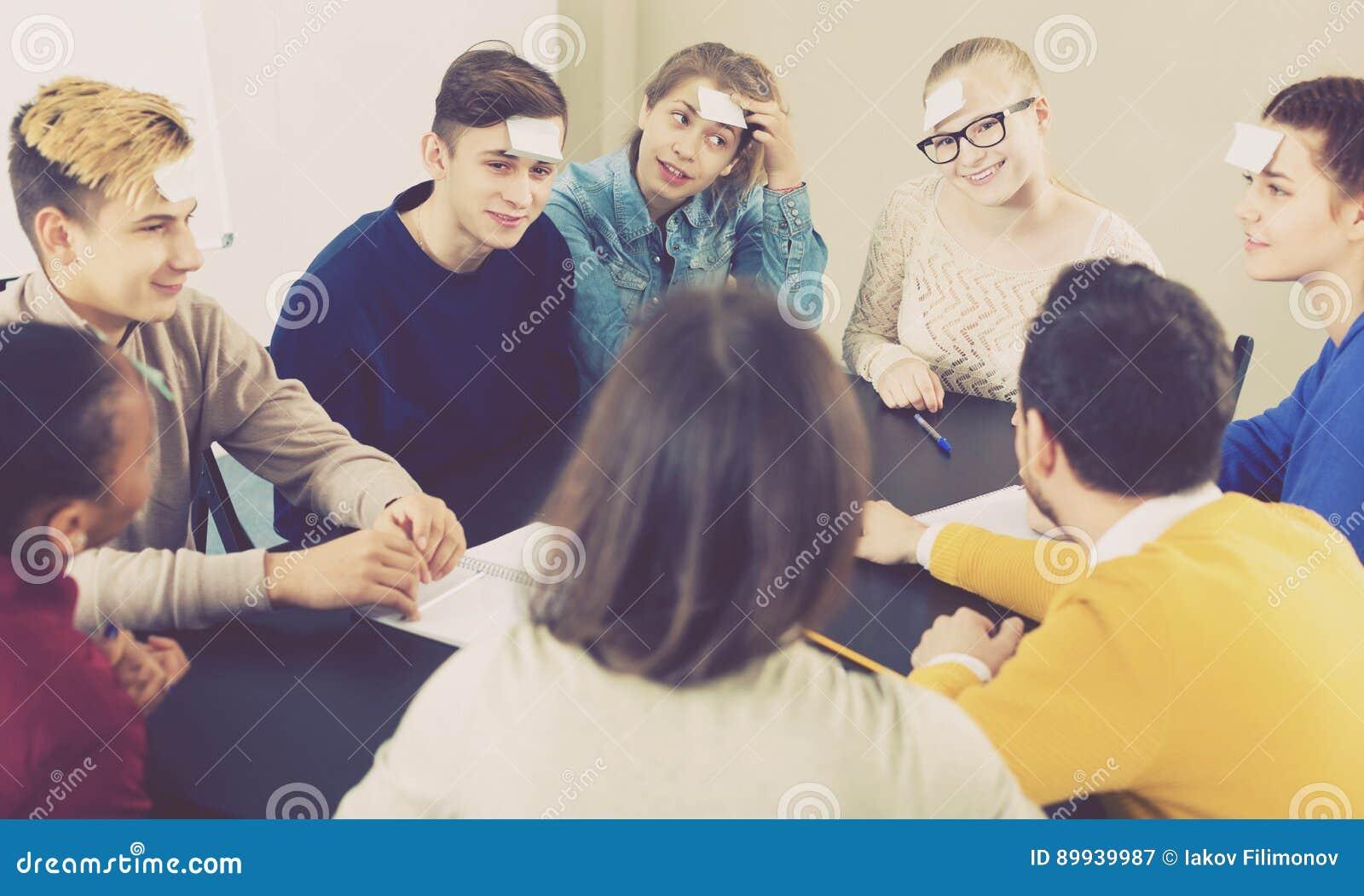 Σπουδαστές που παίζουν εικασία-ποιοι παιχνίδι