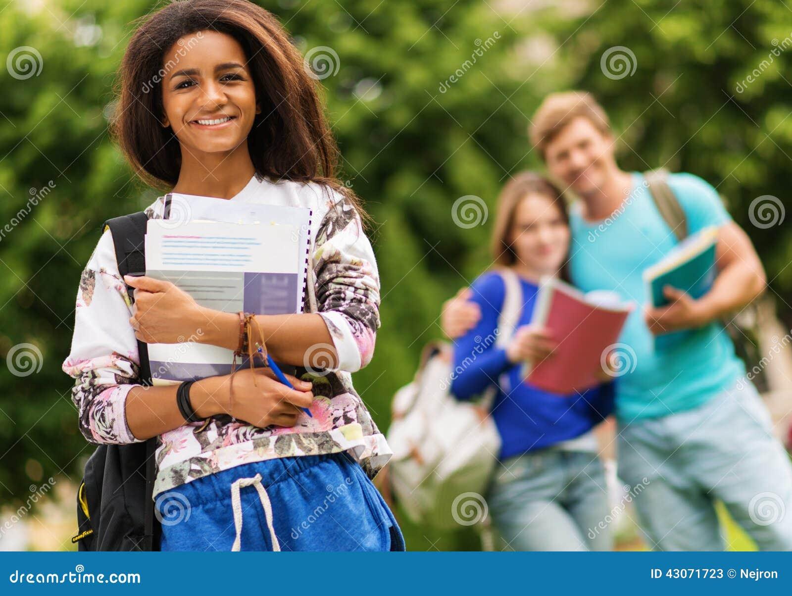 Σπουδαστές που περπατούν σε μια πόλη