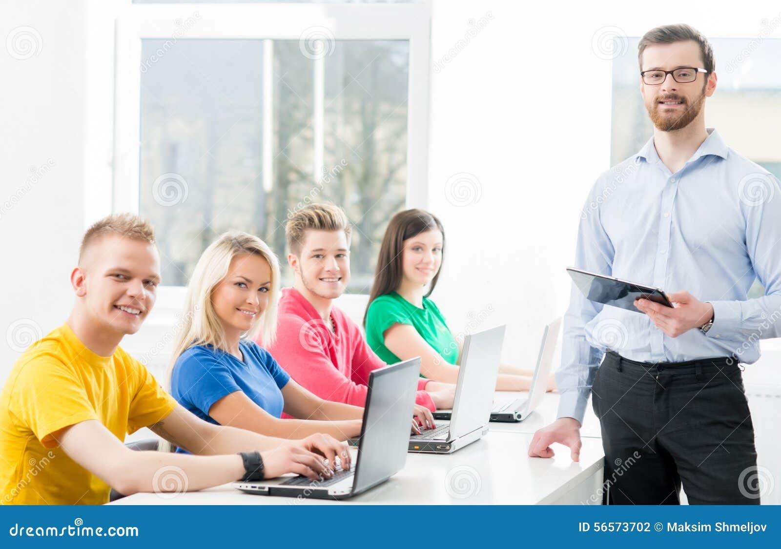 Download Σπουδαστές στο μάθημα πληροφορικής και προγραμματισμού Στοκ Εικόνες - εικόνα από εκπαίδευση, κωδικοποίηση: 56573702