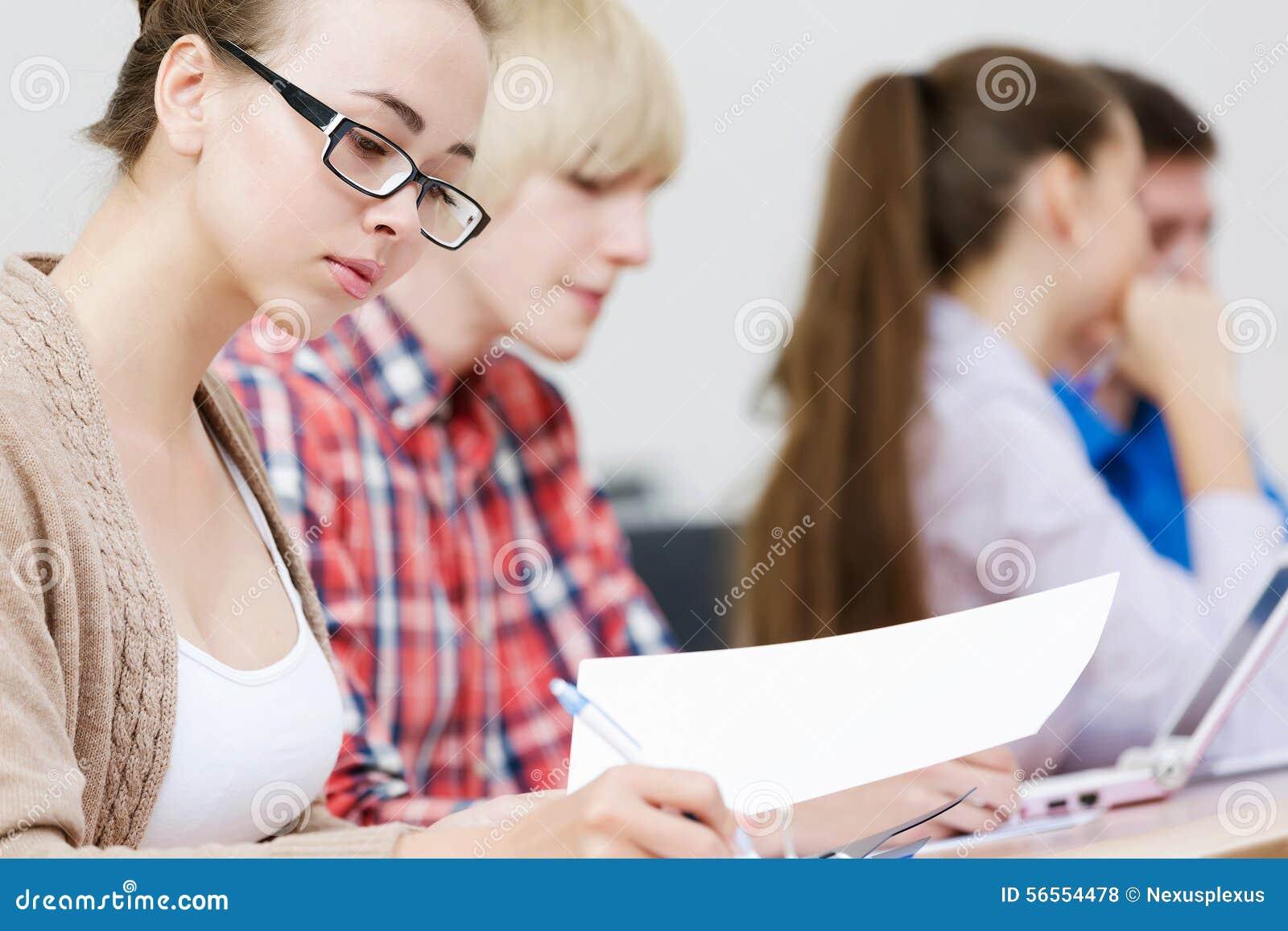 Download Σπουδαστές στο μάθημα στοκ εικόνες. εικόνα από συμμαθητές - 56554478