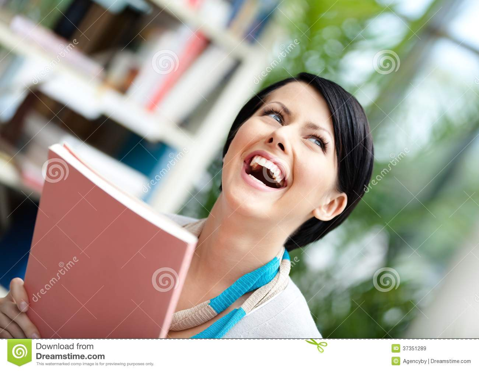 Σπουδαστής με το βιβλίο στη βιβλιοθήκη