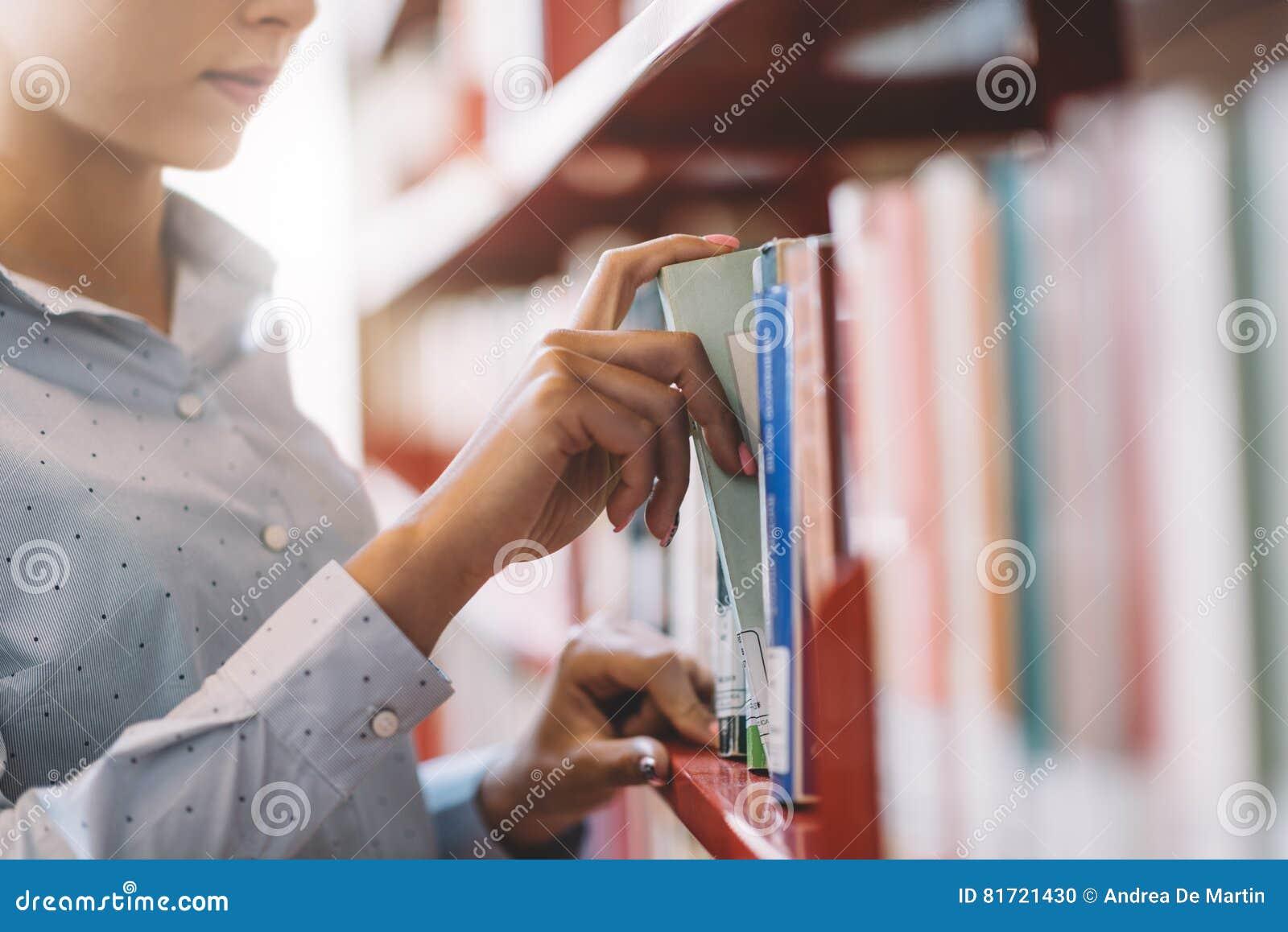 Σπουδαστής που ψάχνει τα βιβλία