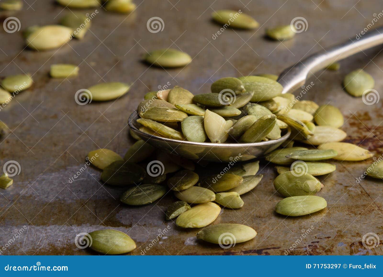 Σπόροι κολοκύθας στο κουτάλι