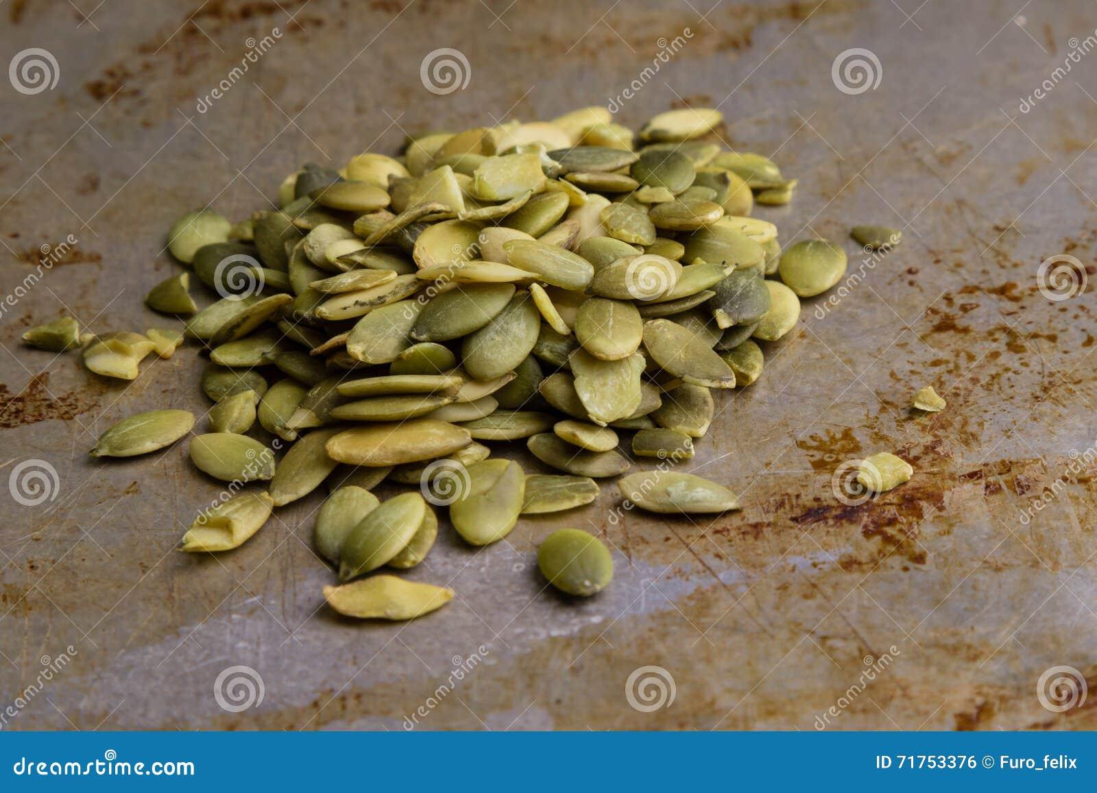 Σπόροι κολοκύθας στο πιάτο χάλυβα