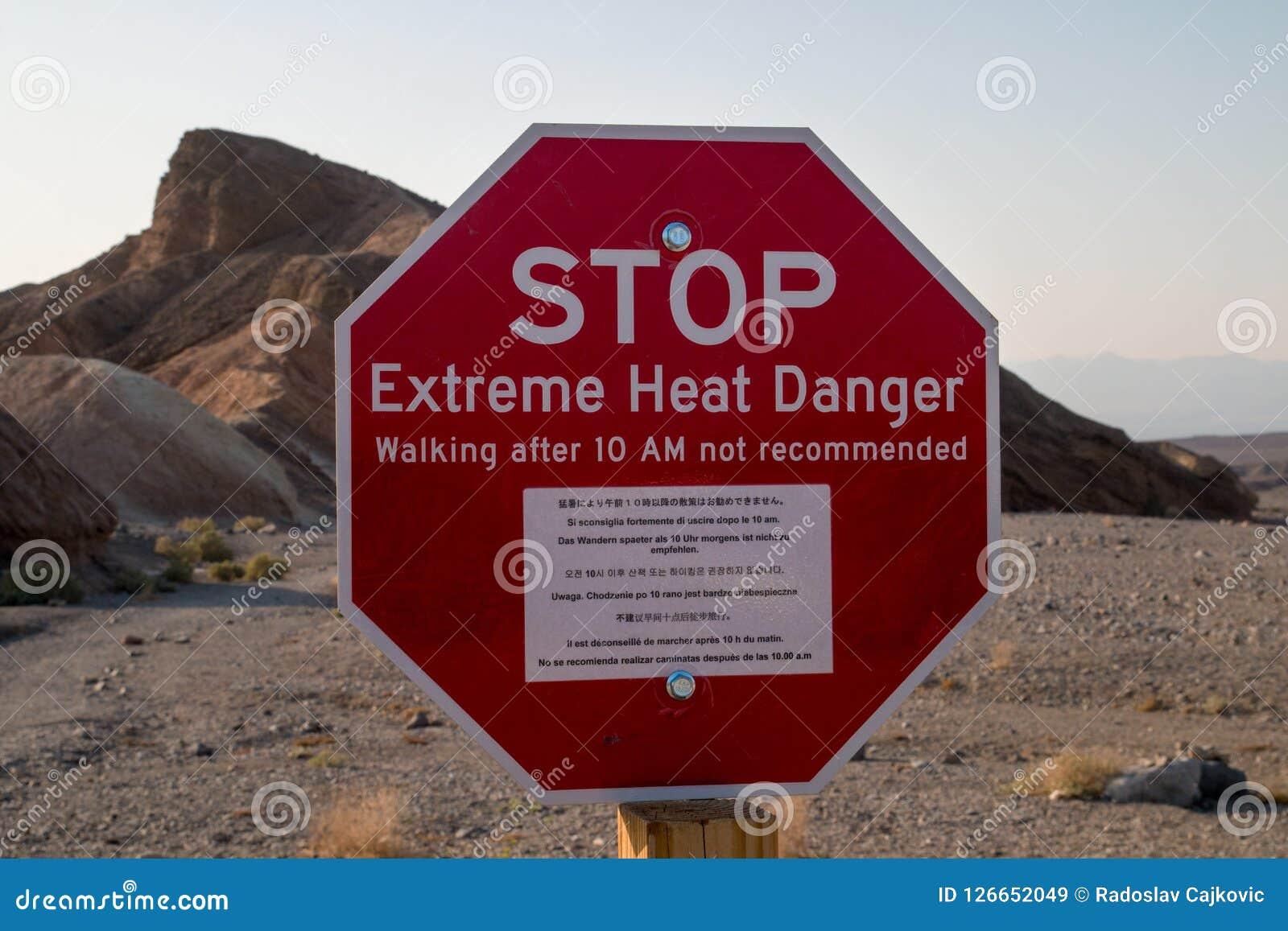 Στάση! Ακραίο κόκκινο σημάδι ορόσημων κινδύνου θερμότητας στις καυτές κορυφογραμμές του σημείου Zabriskie, εθνικό πάρκο κοιλάδων
