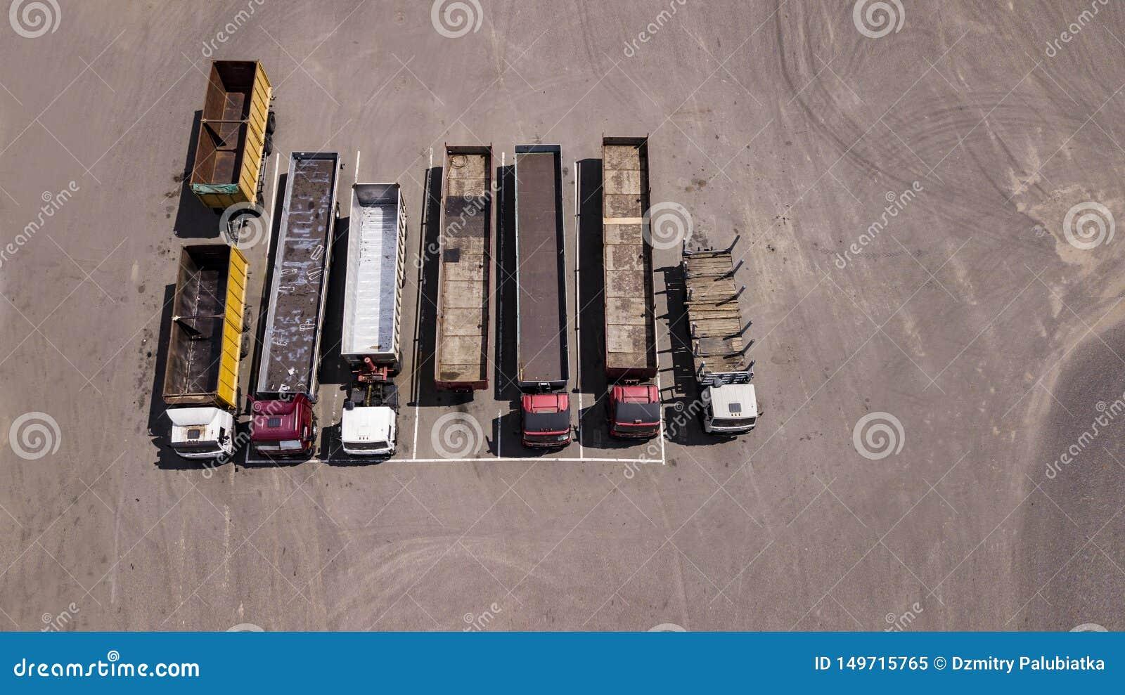 Στάση φορτηγών σε έναν χώρο στάθμευσης σειρών - τοπ άποψη από τον κηφήνα