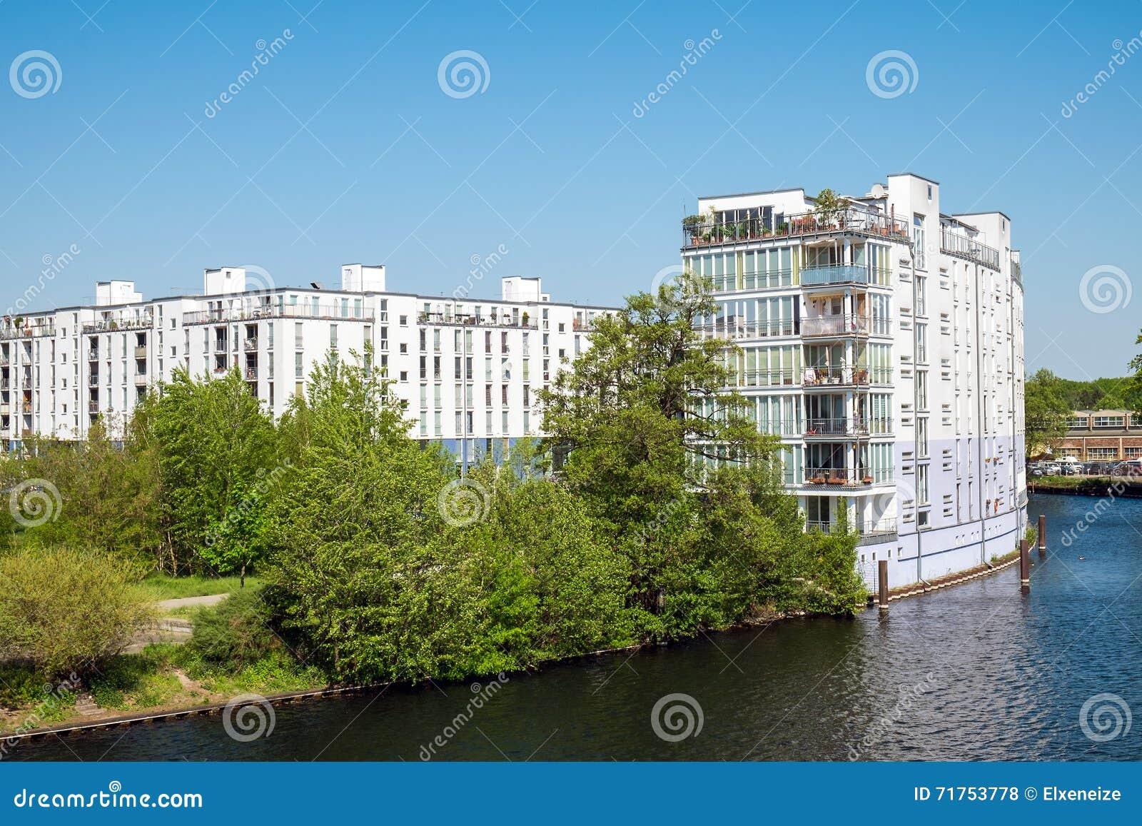 Στέγαση σύνθετη στο ξεφάντωμα ποταμών