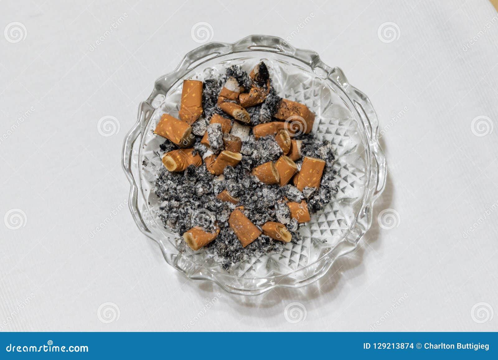 Στέλεχος και τέφρα τσιγάρων