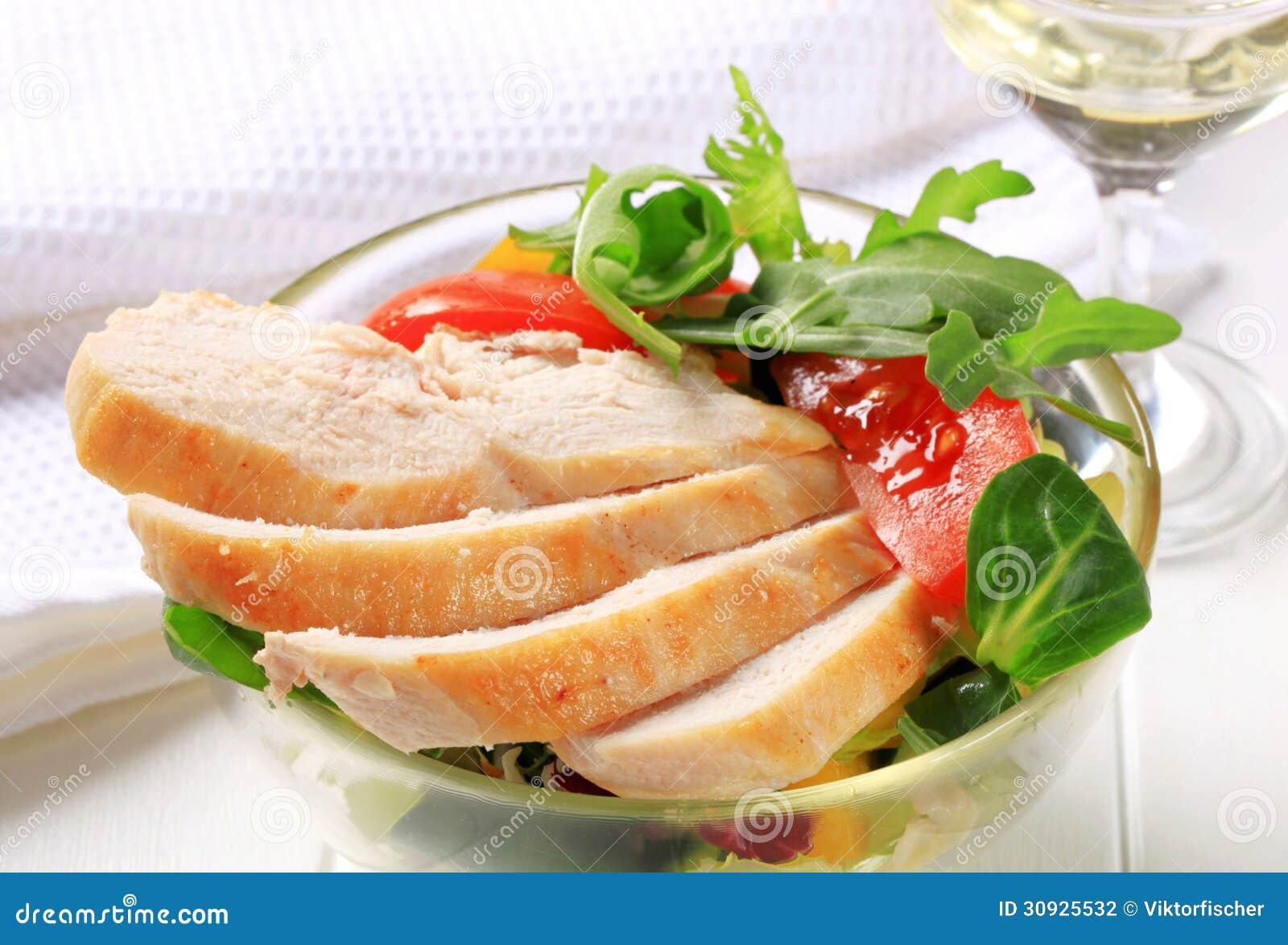 Στήθος κοτόπουλου με τα πράσινα σαλάτας