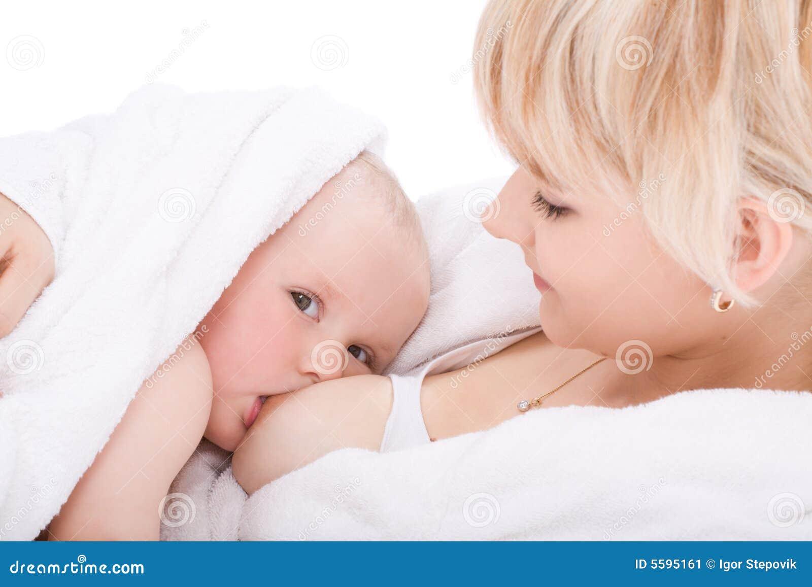 στήθος μωρών - ταΐζοντας κορίτσι η μητέρα της
