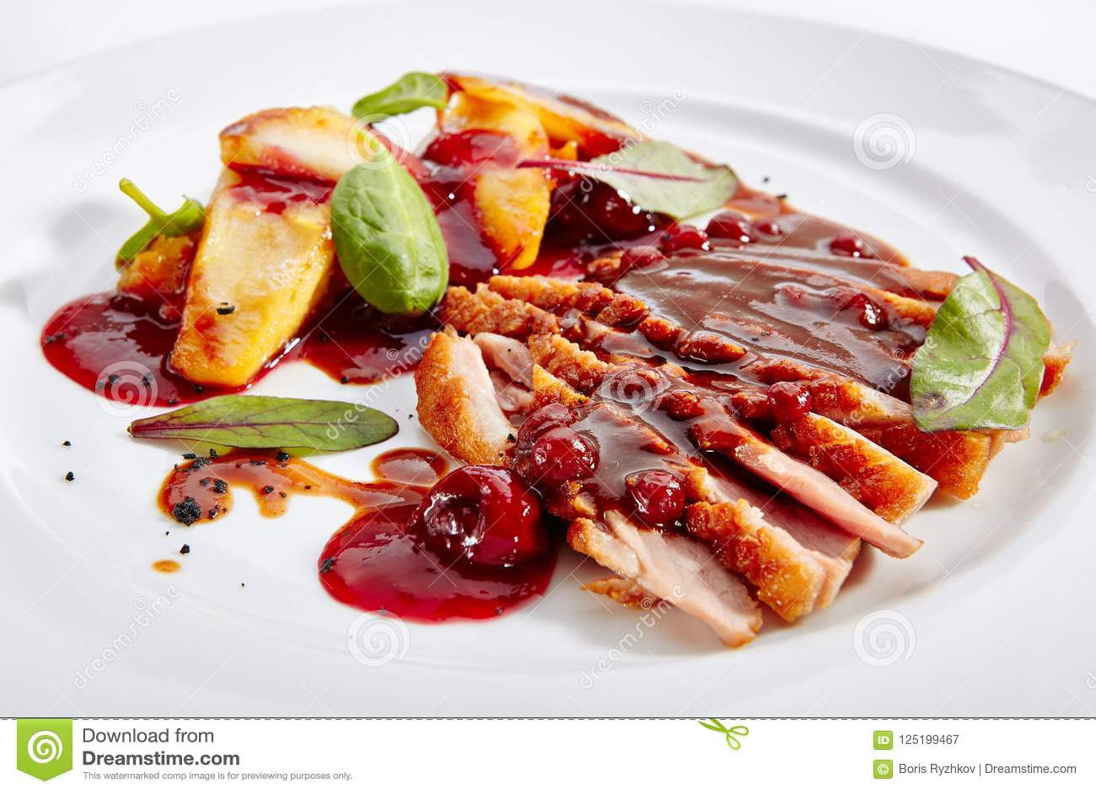 Στήθος παπιών με την ψημένη Apple και κρέμα ροδάκινων σε κομψό Restaura