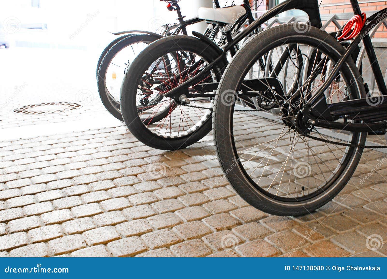 Σταθμευμένα ποδήλατα στο πεζοδρόμιο Χώρος στάθμευσης ποδηλάτων ποδηλάτων στην οδό
